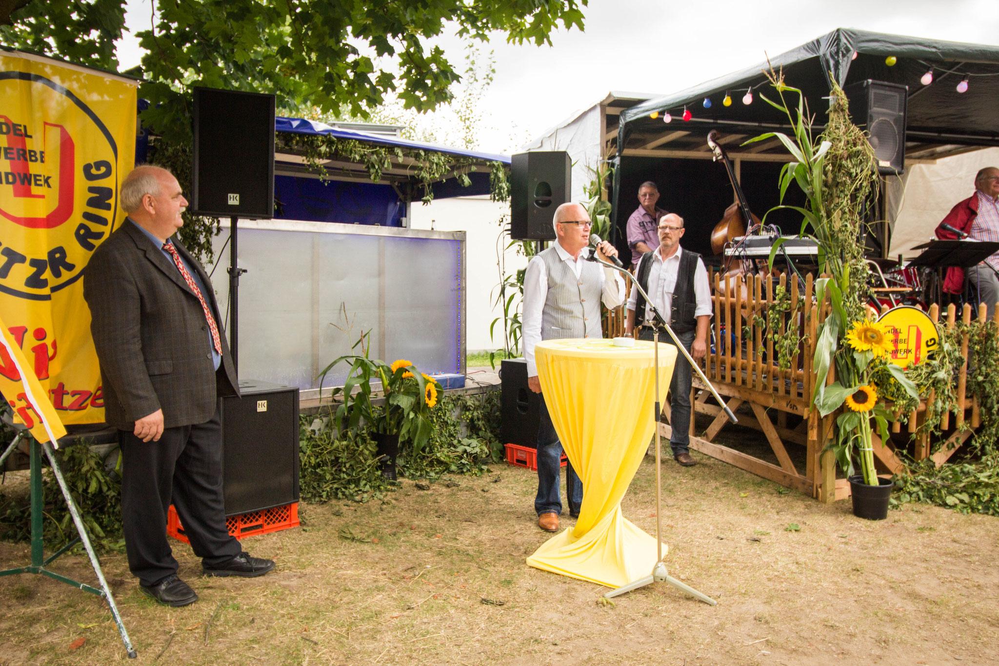 Gemeindebürgermeister Werner Backeberg gratulierte dem Vorsitzenden des Uetzer Rings zum 40-jährigen Bestehen