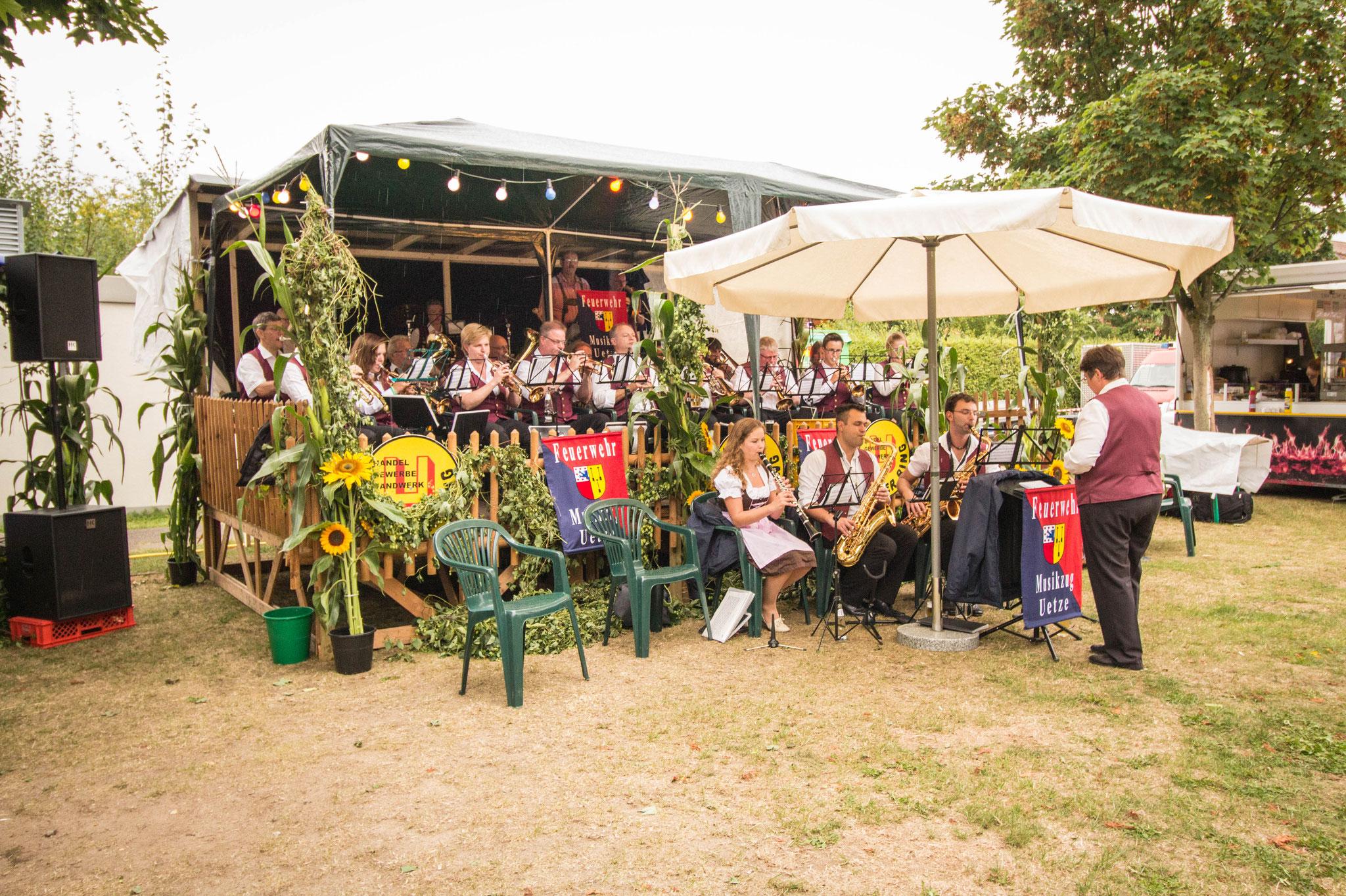Der Feuerwehr Musikzug Uetze spielte am Samstag auf dem Weinfest des Uetzer Rings