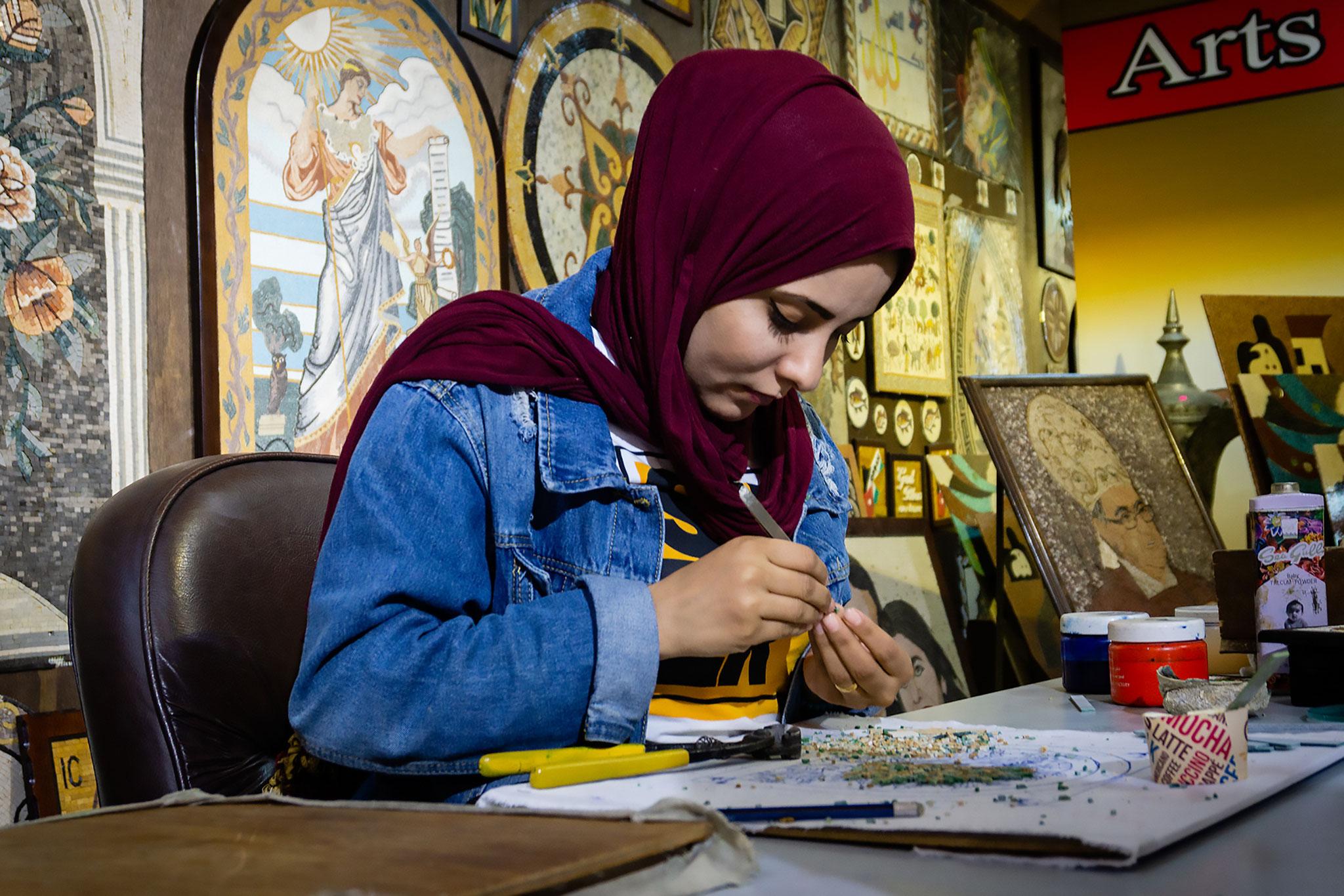 Cecilia Franci (Italy) - Jordanian girl working at the mosaic art