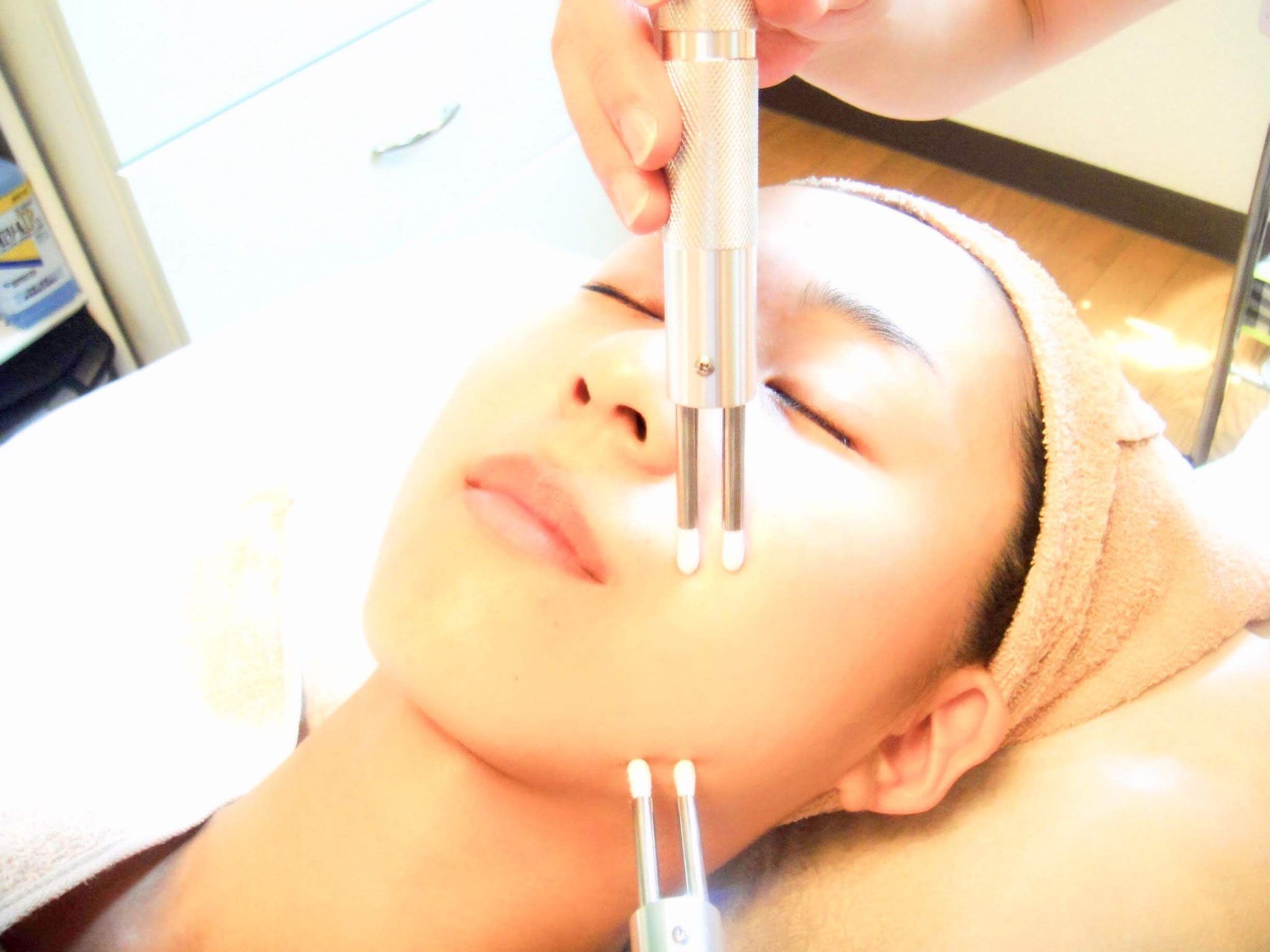 低周波のスティックでお顔の筋肉をこまかくつまんでトレーニングします