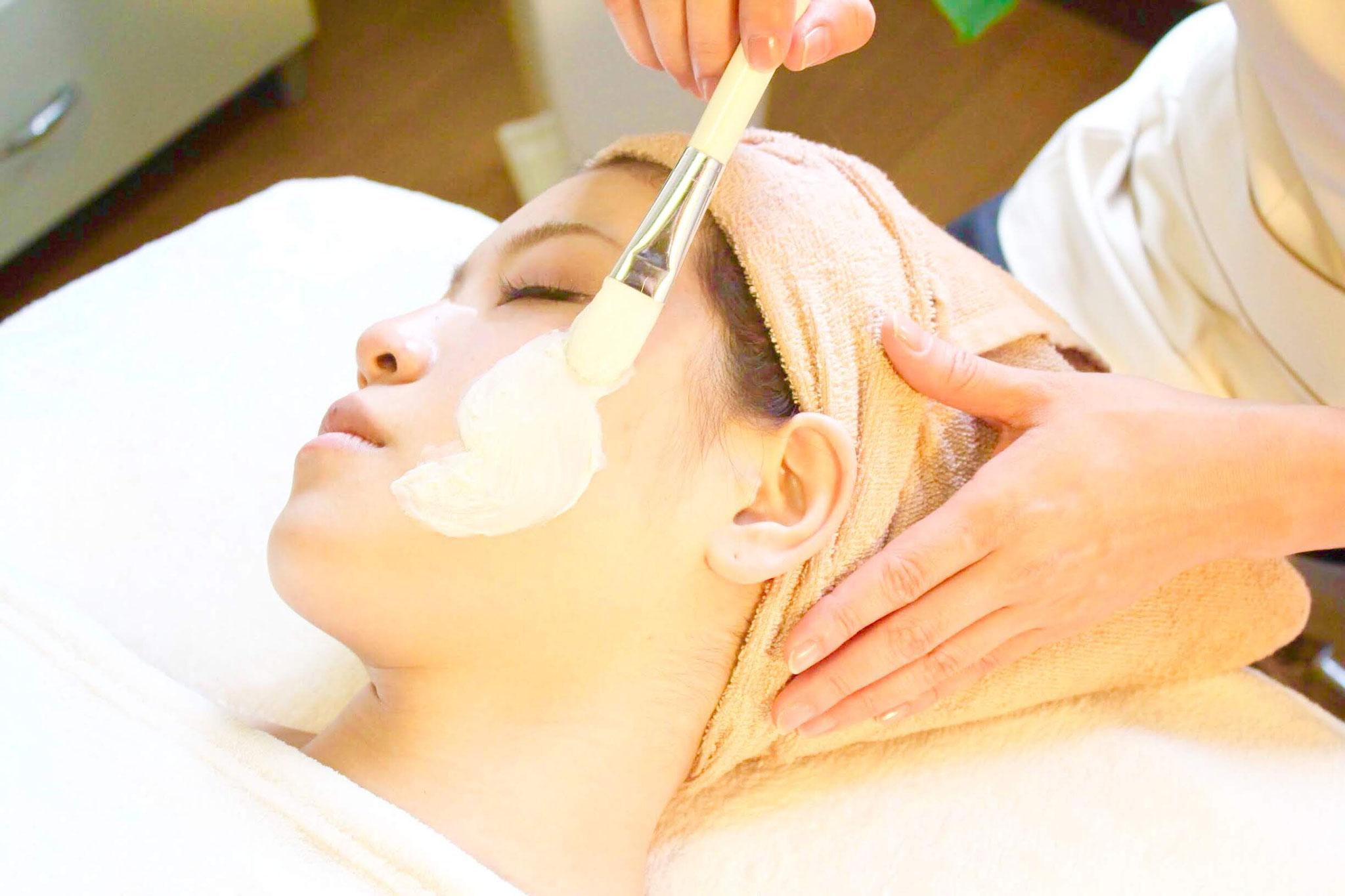 最後は引き締めやお肌に合わせた保湿パックでお肌を整えます