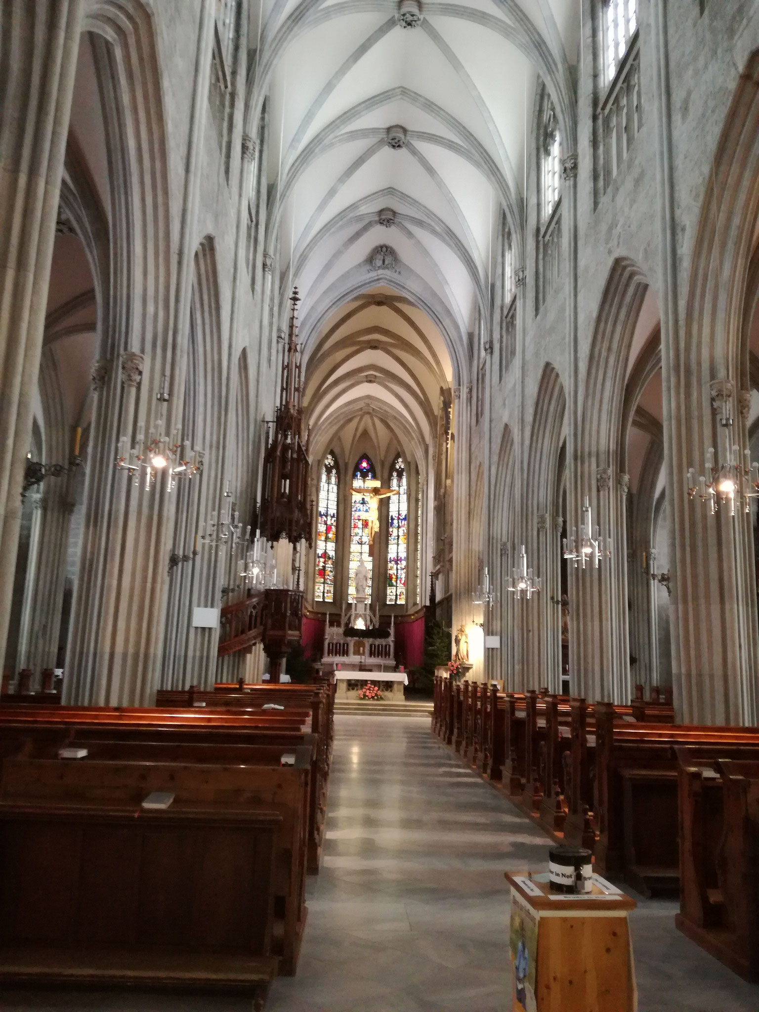 Die Stiftskirche drinnen, wunderschön und riesig.