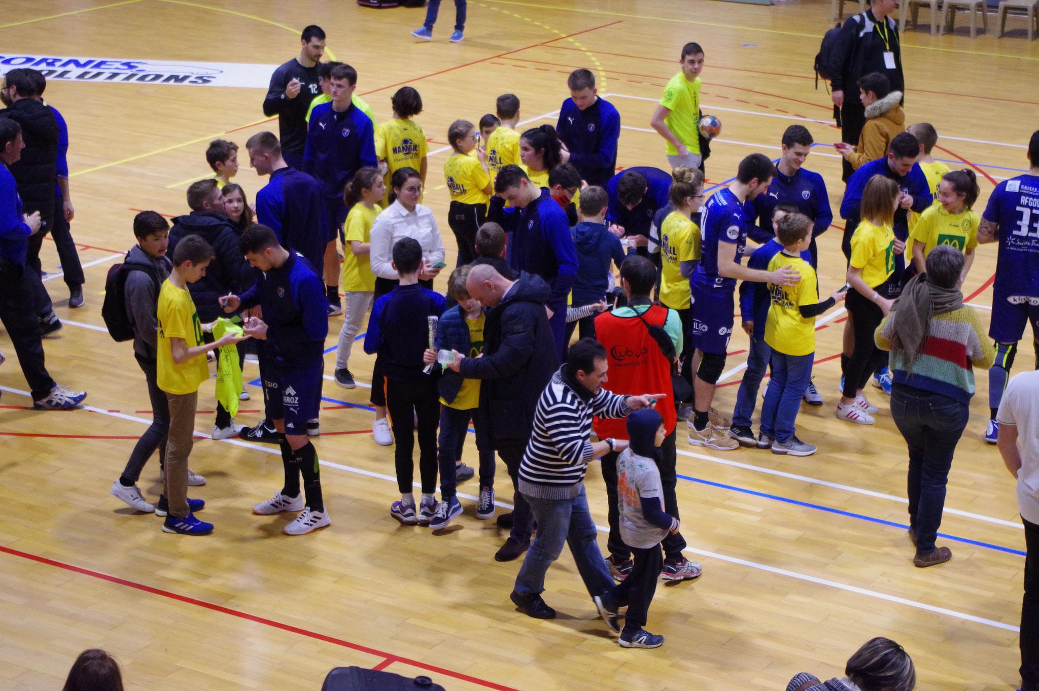 Séance d'autographes avec les joueurs de Montpellier et de Benidorm