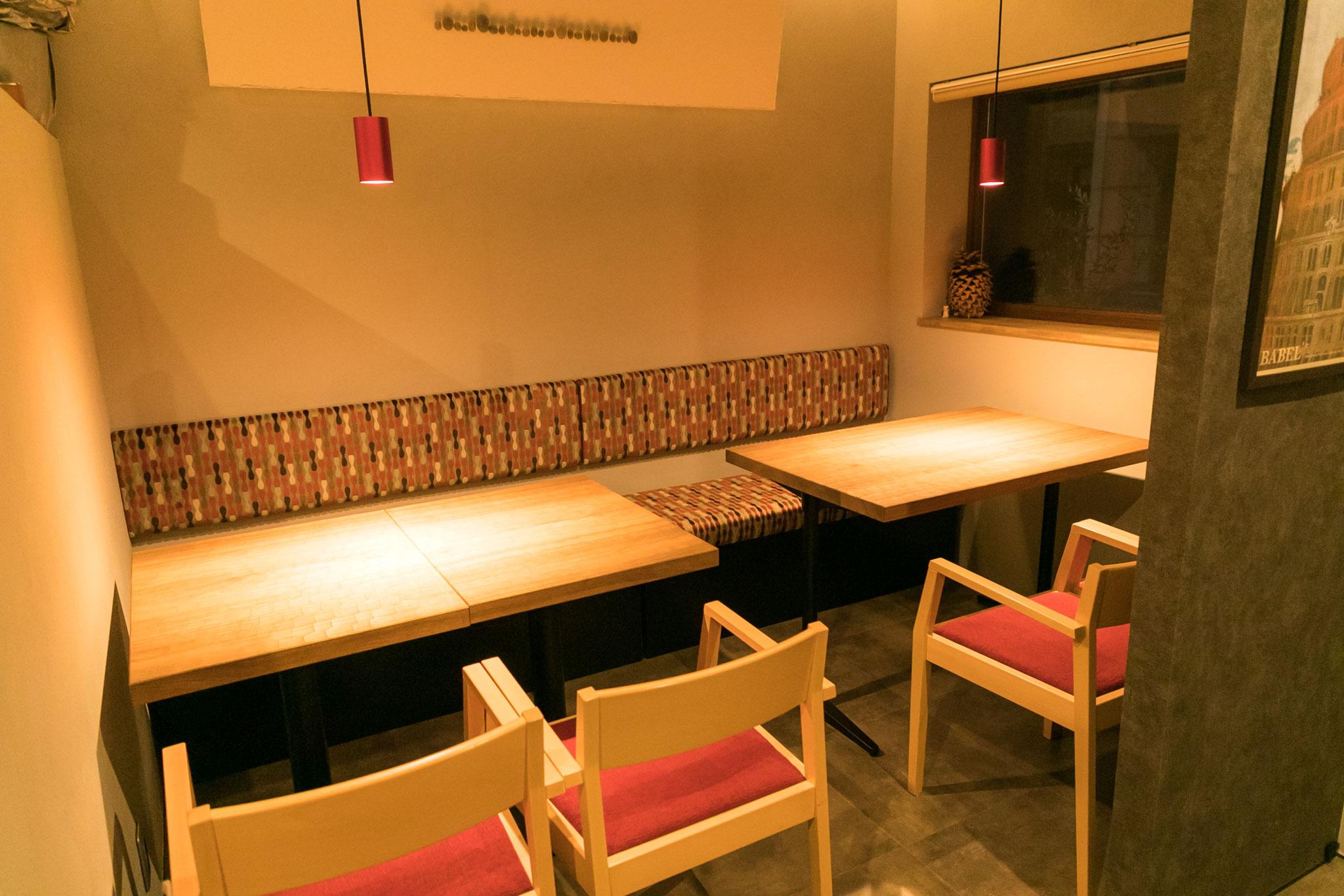 席数はカウンターの7席に加え     手彫りのなぐりテーブルに約8名がお座りになれます