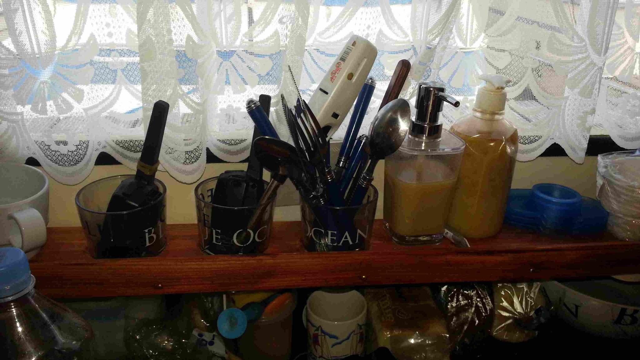 Halterung für Gläser, Tassen und Besteck auf dem Boot