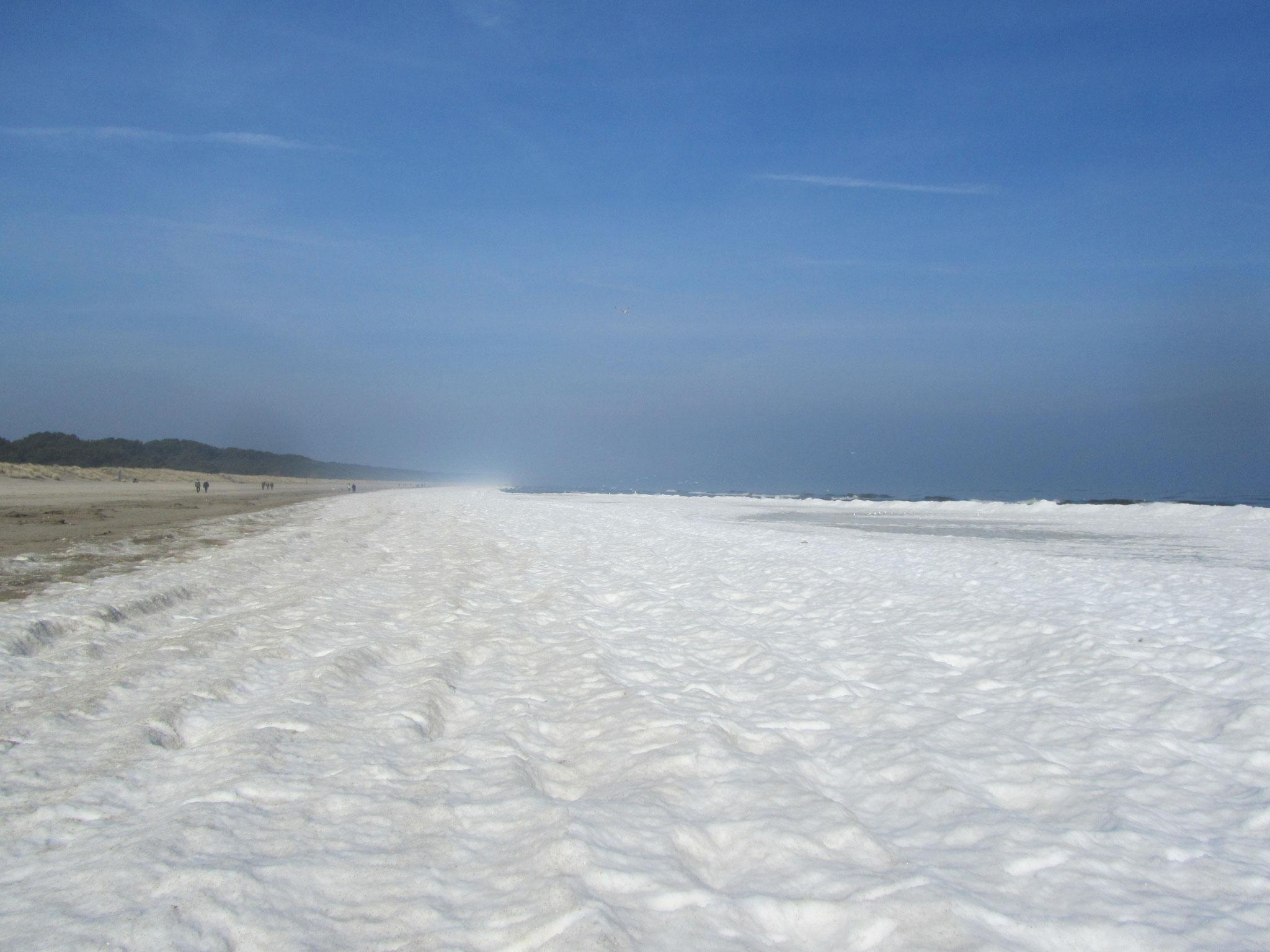 Schnee am Strand an der Ostsee