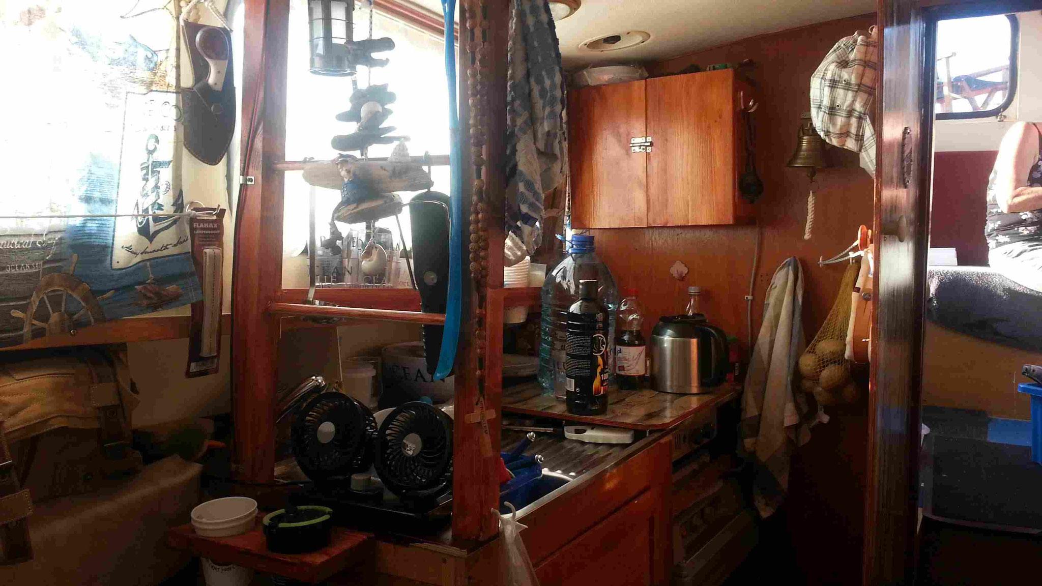 Küche mit Gewürzschrank, Regal und Halterung für Gläser, Tassen und Besteck
