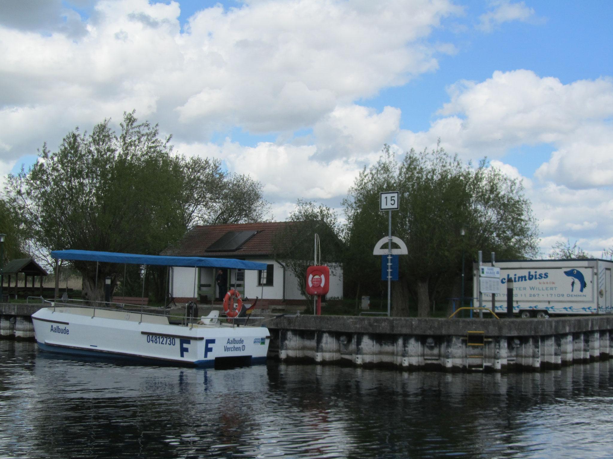 Wasserwanderrastplatz Aalbude / Verchen mit Fähre zum Ausflugsrestaurant Aalbude