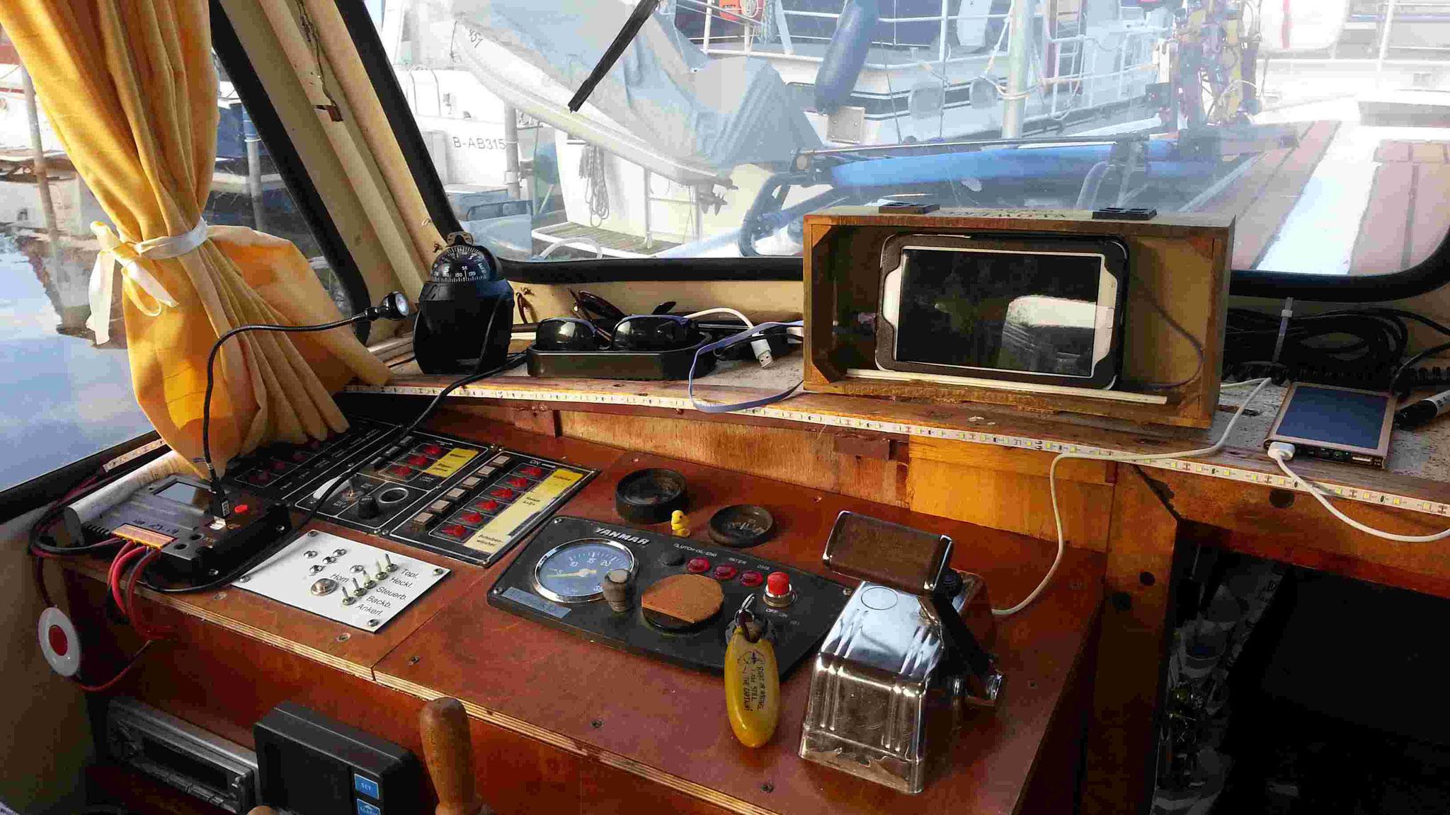 Steuerstand mit Kompass und Navigation