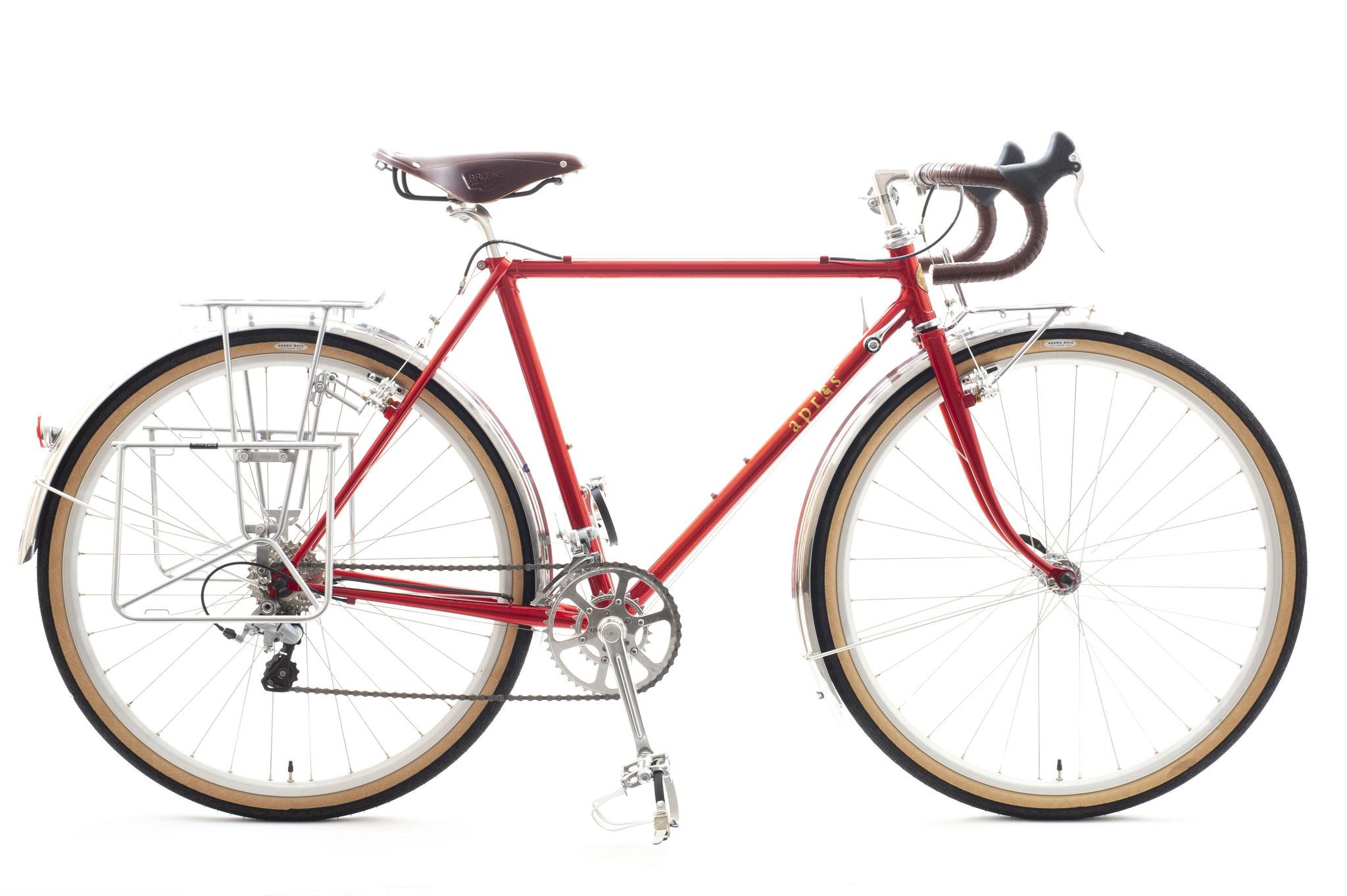 Kさんは既に乗られているスポーツバイクに合わせ、クランク長を揃えて170㎜にするなど、細かくご希望をいただきました。下ハンからブレーキレバーへ指が届きやすいようにとのチョイスもご要望通りです。バーテープとサドルの色はフレームが塗り上がってからご来店されて決められました。