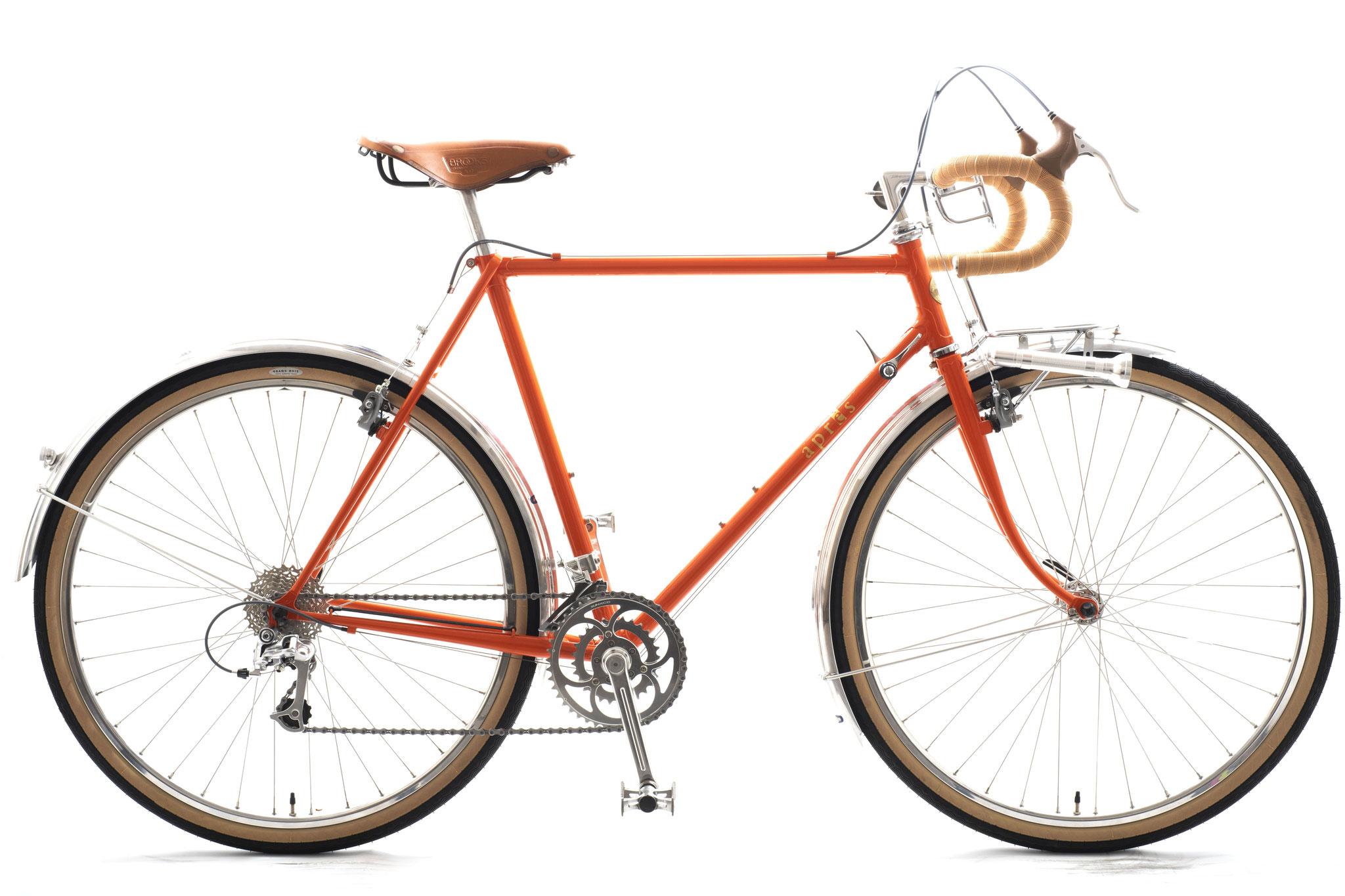 オレンジ色のランドナーは、小平のヒロセさんのスポルティフに乗られているSさんのご注文、なので少し緊張してしまいました。スタンダードフレームですが、当店によるポジショニングでベストと思われるあたりを狙ってみました。