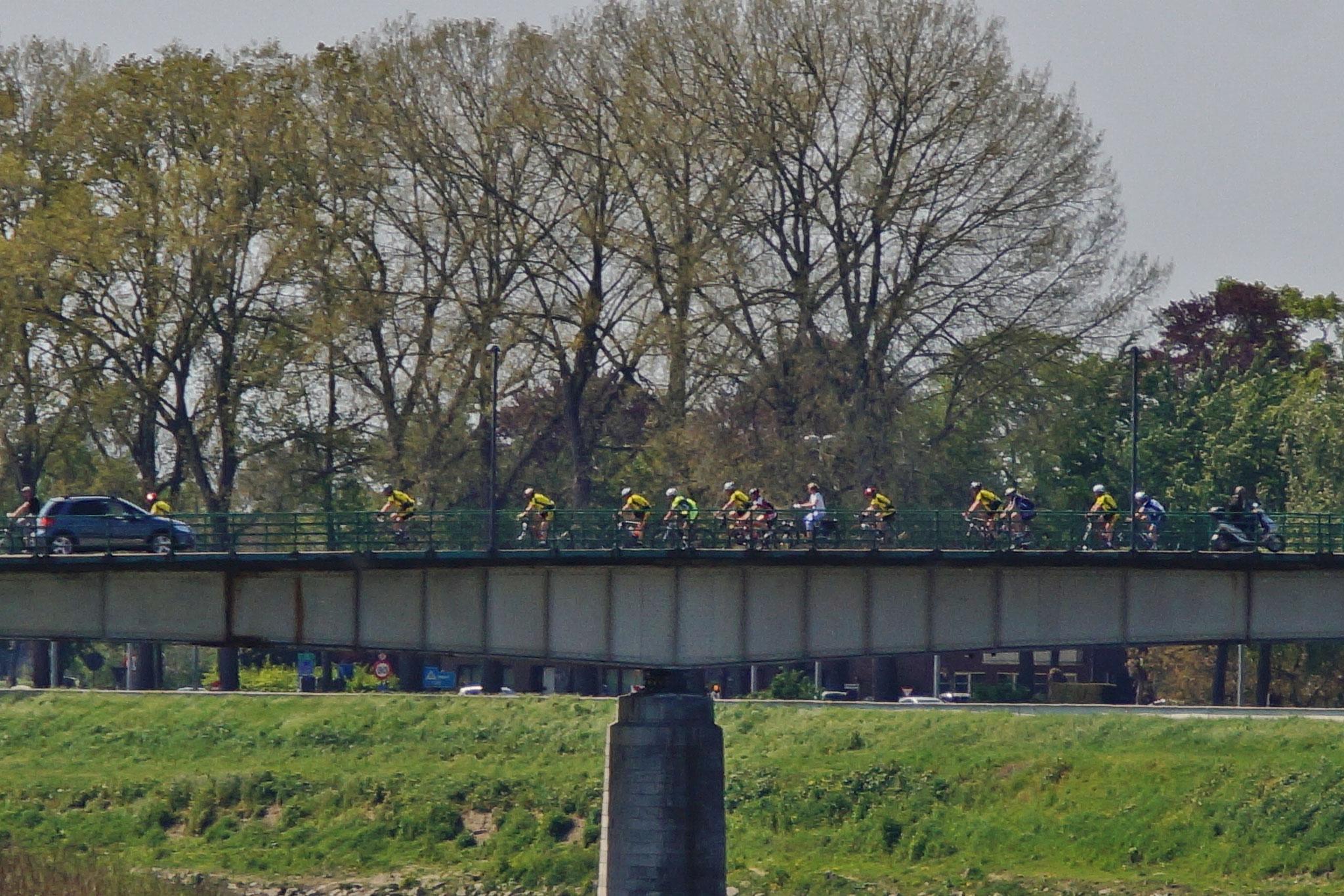 Da ist so einiges los auf der Brücke nach und von Maaseik