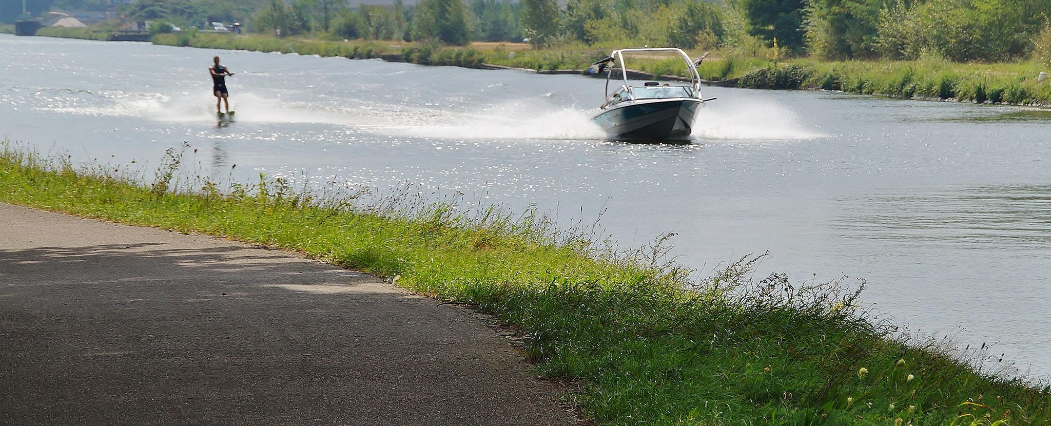 Wasserski auf dem Kanal
