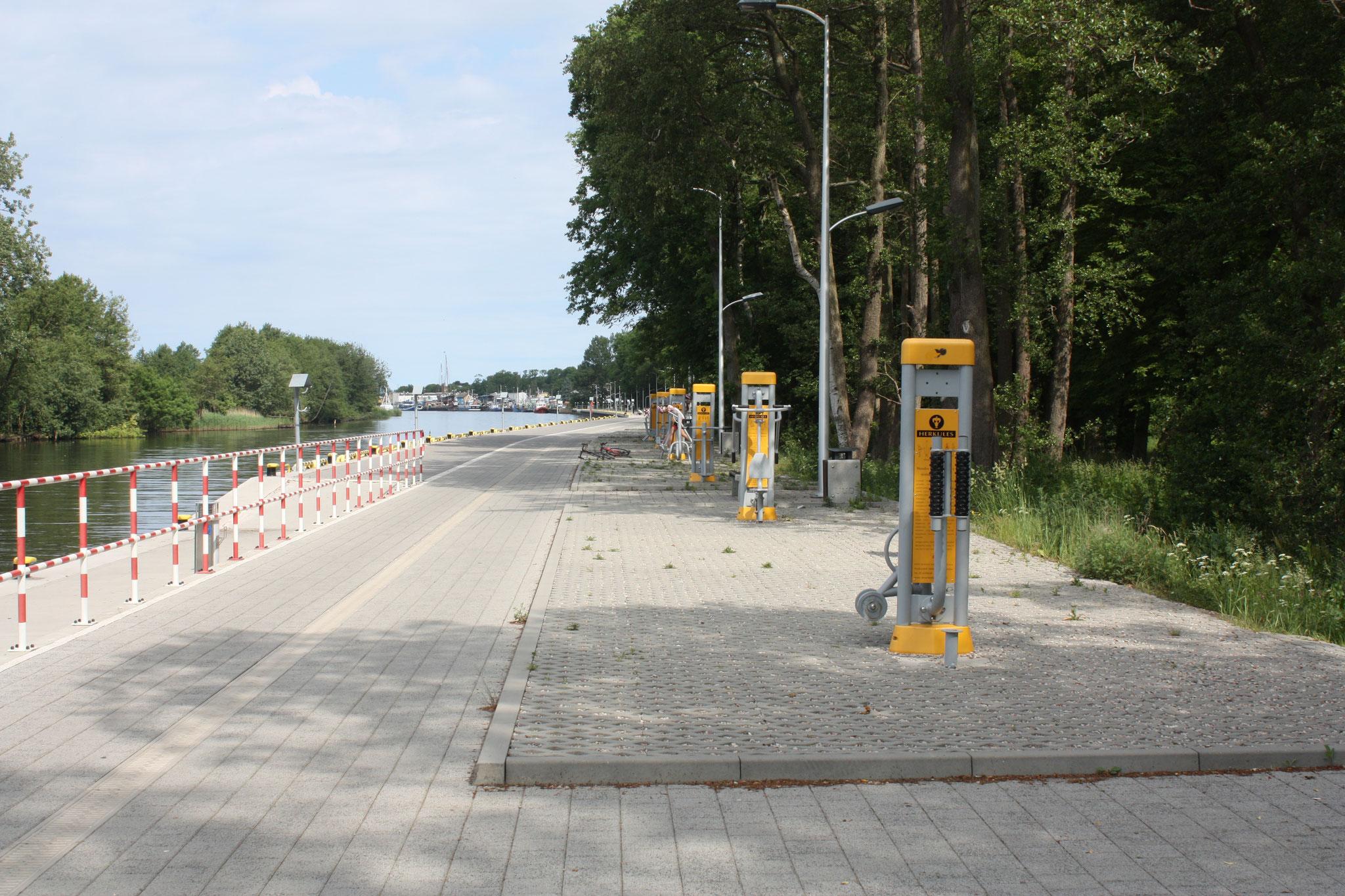 Promenade zwischen der Stadt und dem Hafen. Fittnessgeräte for free...... Polen ist einmalig