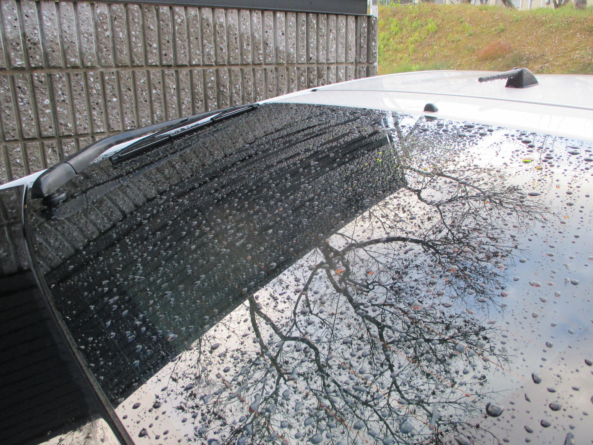 ⑤夕方雨が降り車が濡れました。夜乗車した時ワイパーを動かすと、全面ガラスがすっきりしていました。