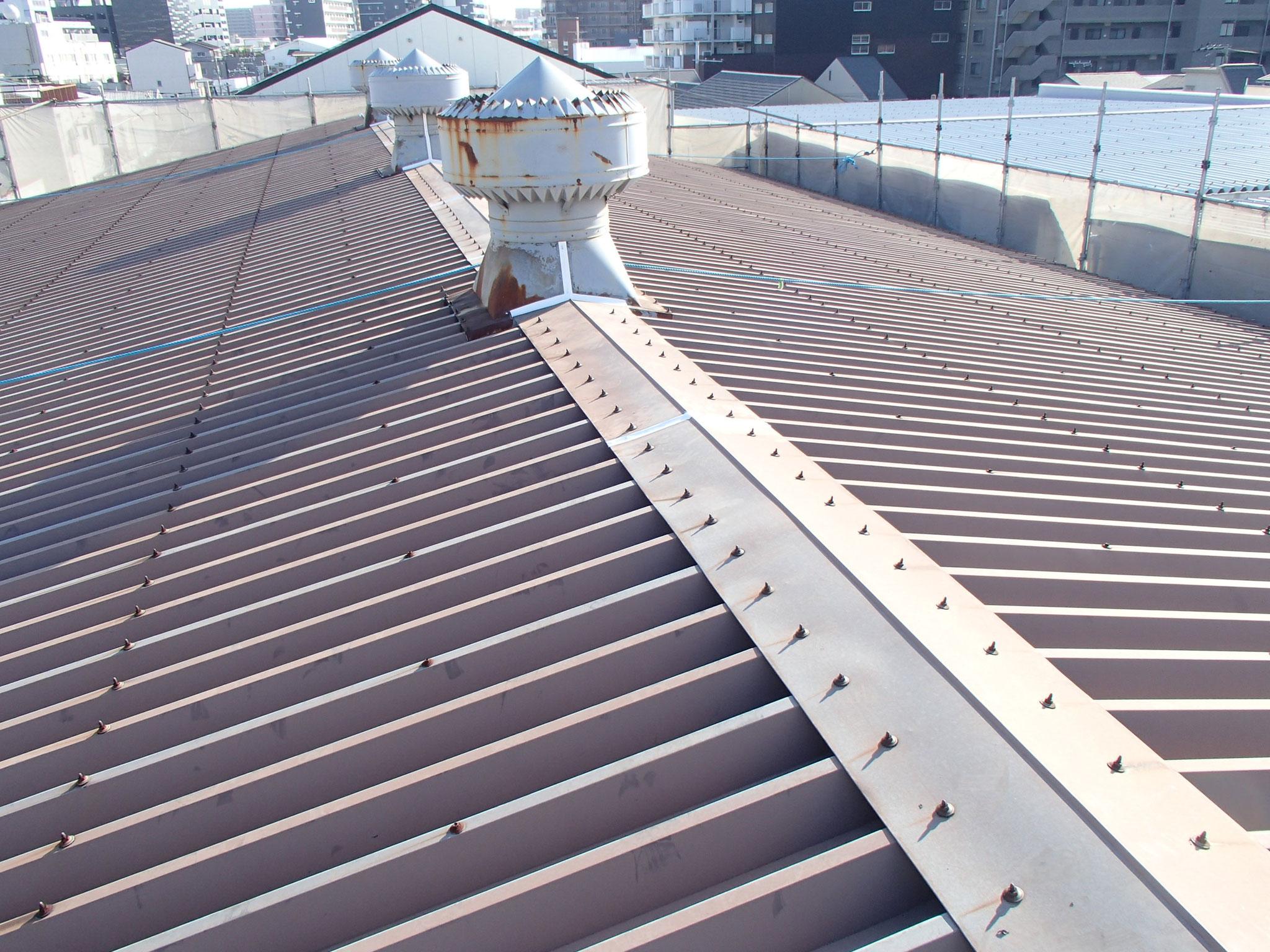 屋根の尾根部分は重要です。 換気口もついています。