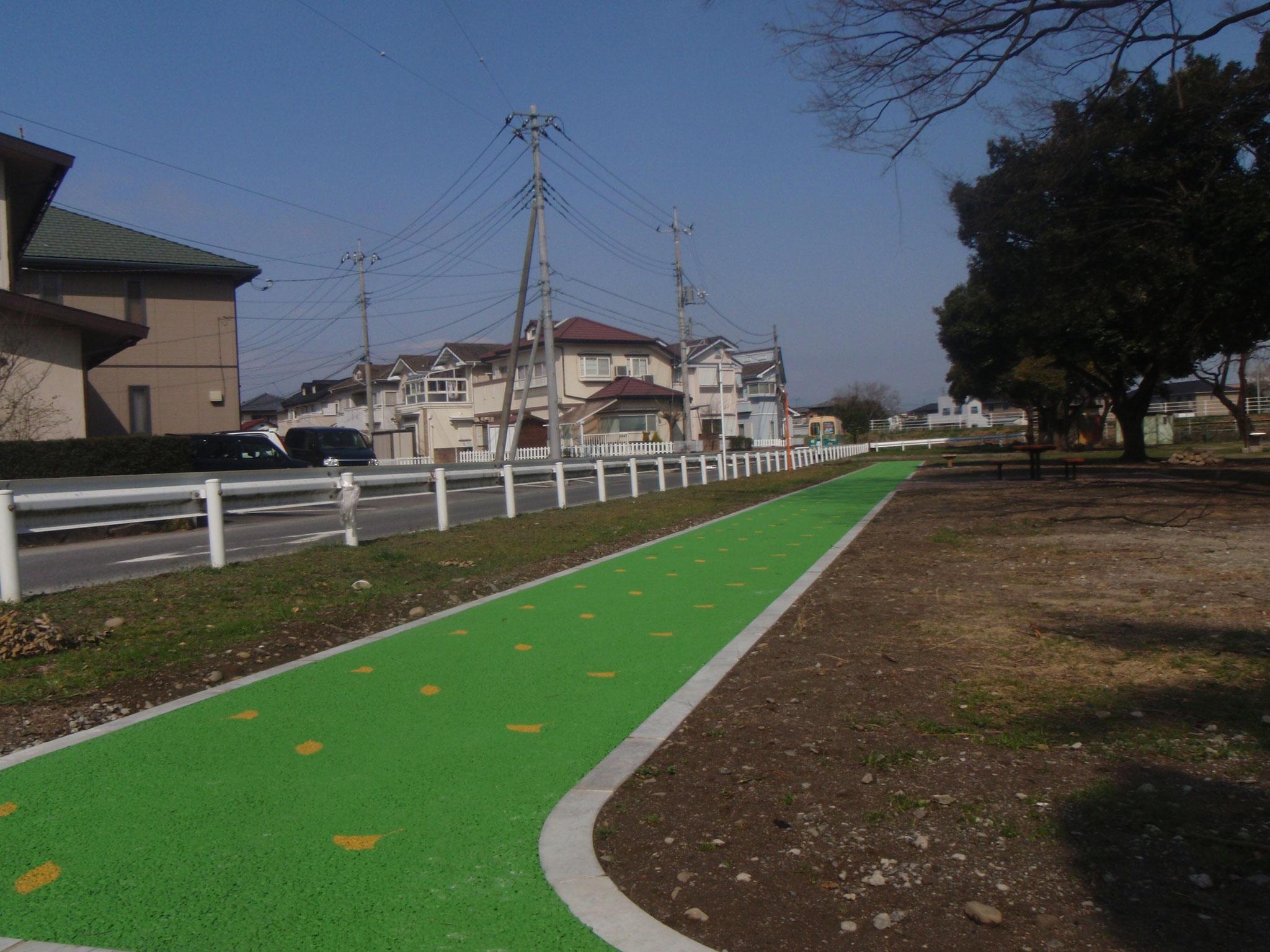 公園内の歩道に緑色で熱交換塗料を!