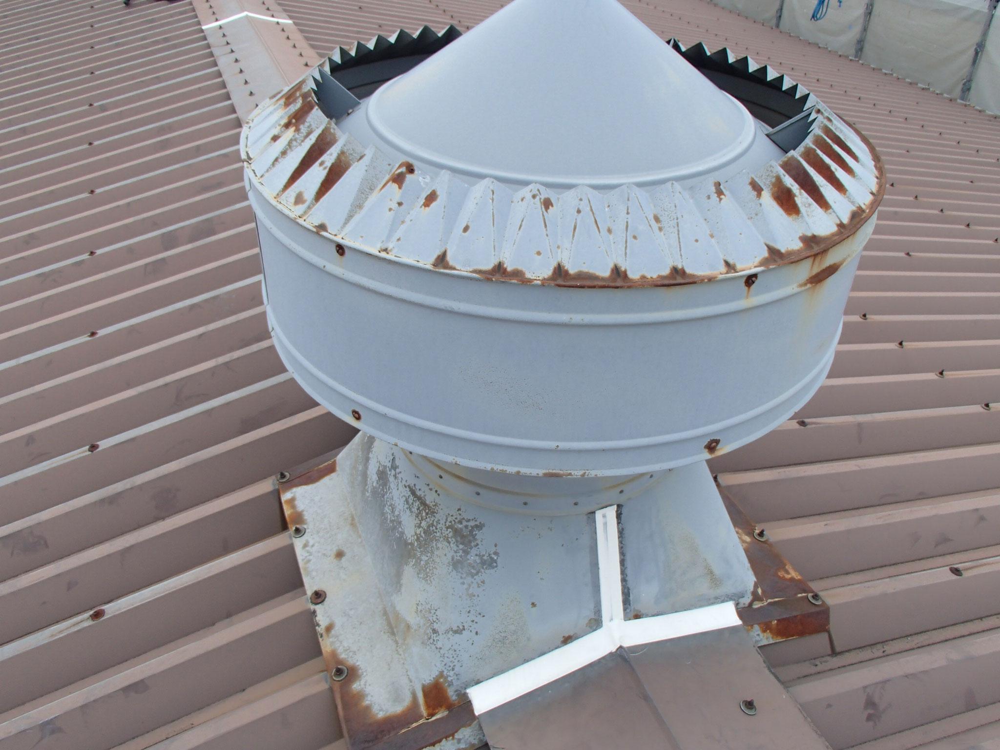 工場の換気塔で尾根に4カ所ついて錆びてきています。
