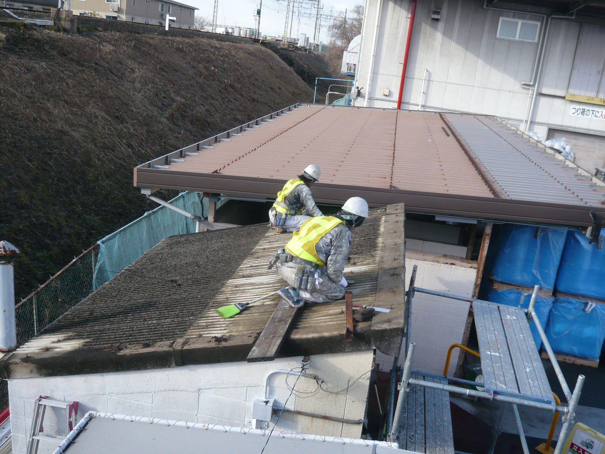劣化したスレート屋根をケレン洗浄する