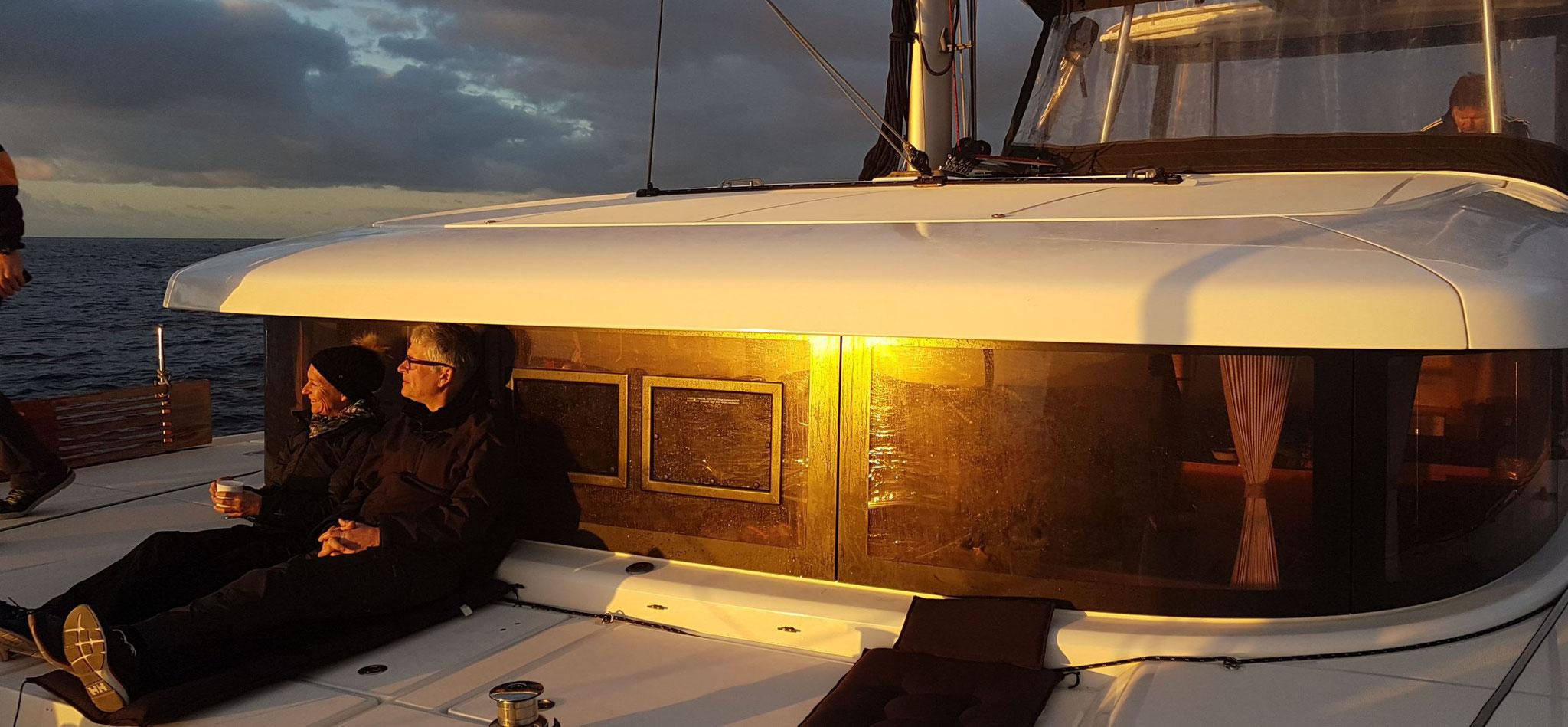 Genießen die Untersehende Sonne vor die Yachtcharterwoche wieder zu Ende geht.