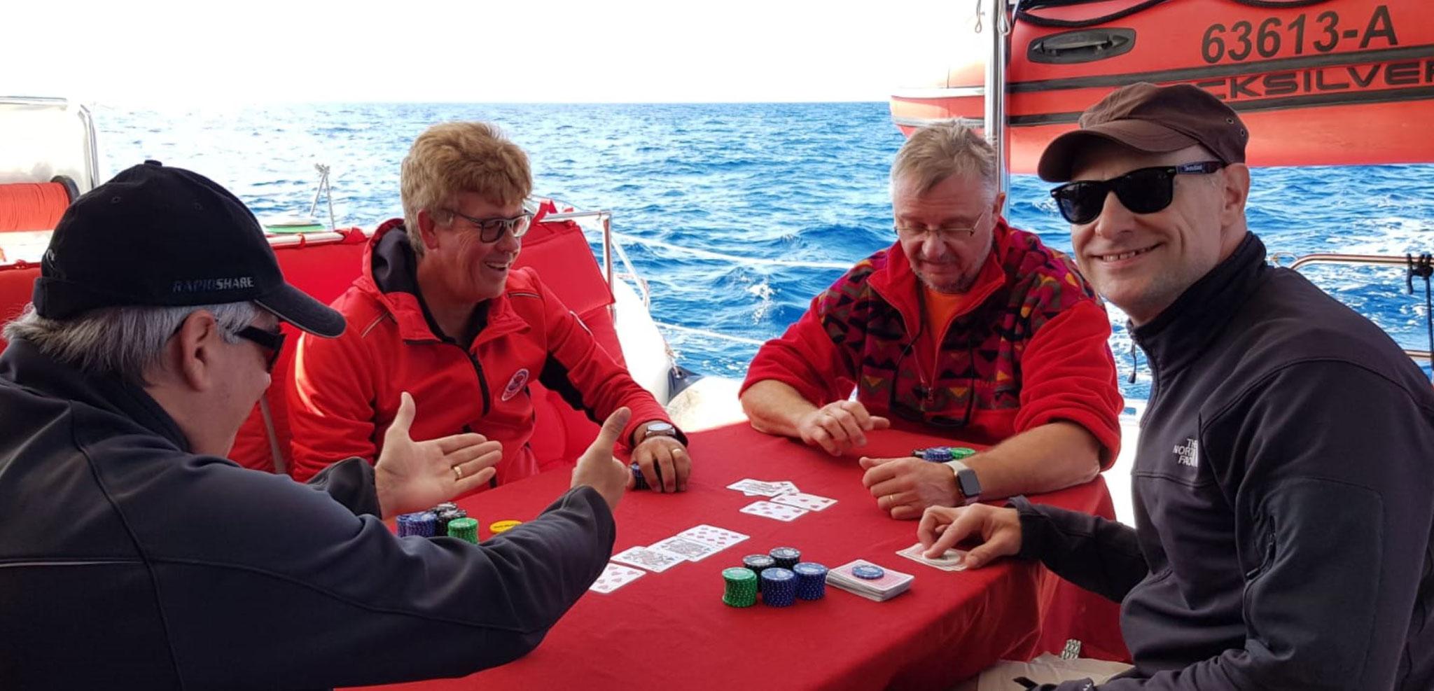 Katamaran Yachtcharter mit eine schöne Pokerrunde
