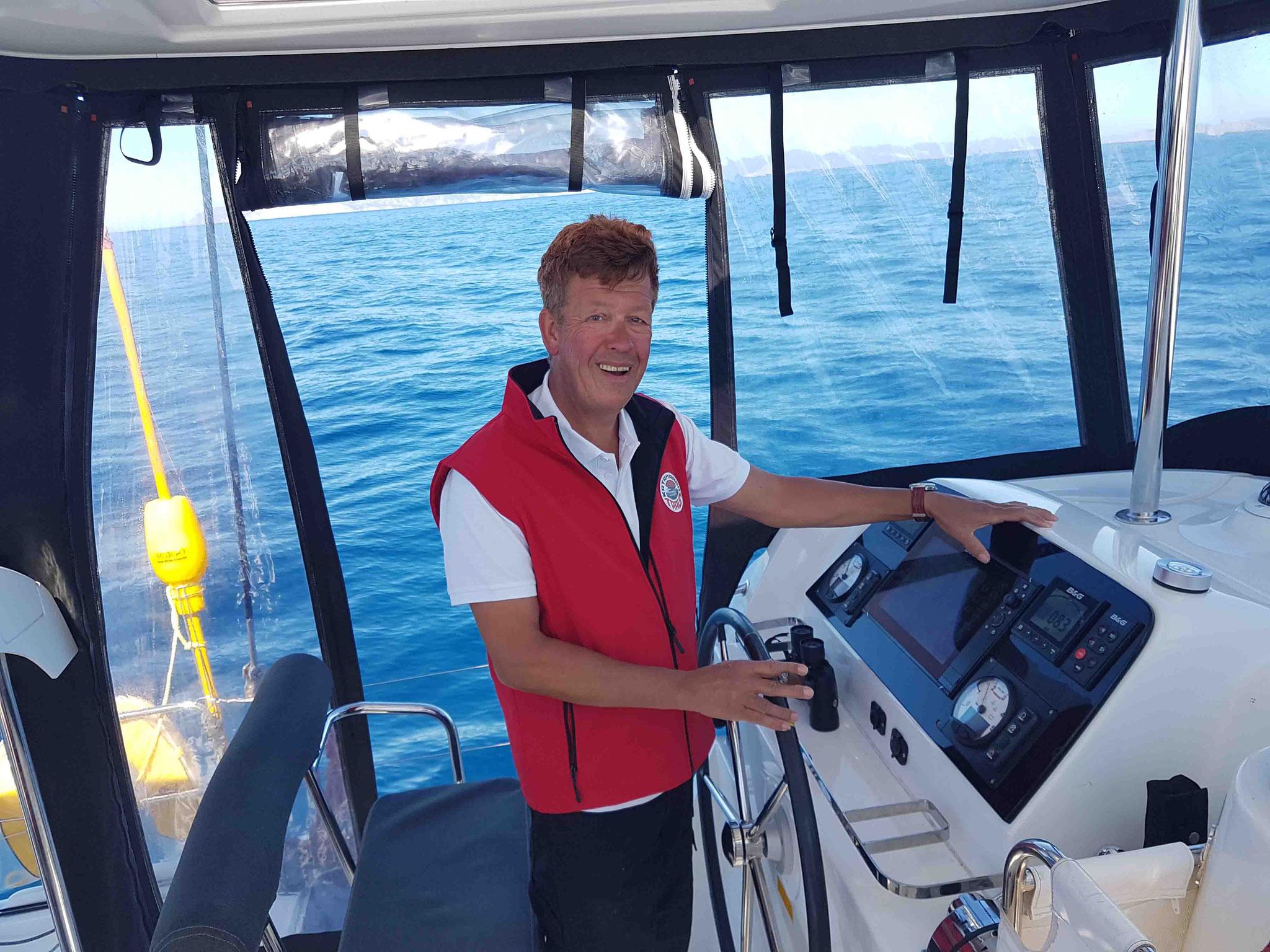 Skipper - Kapitän Jos Wijtenburg hinterm Steuerstand