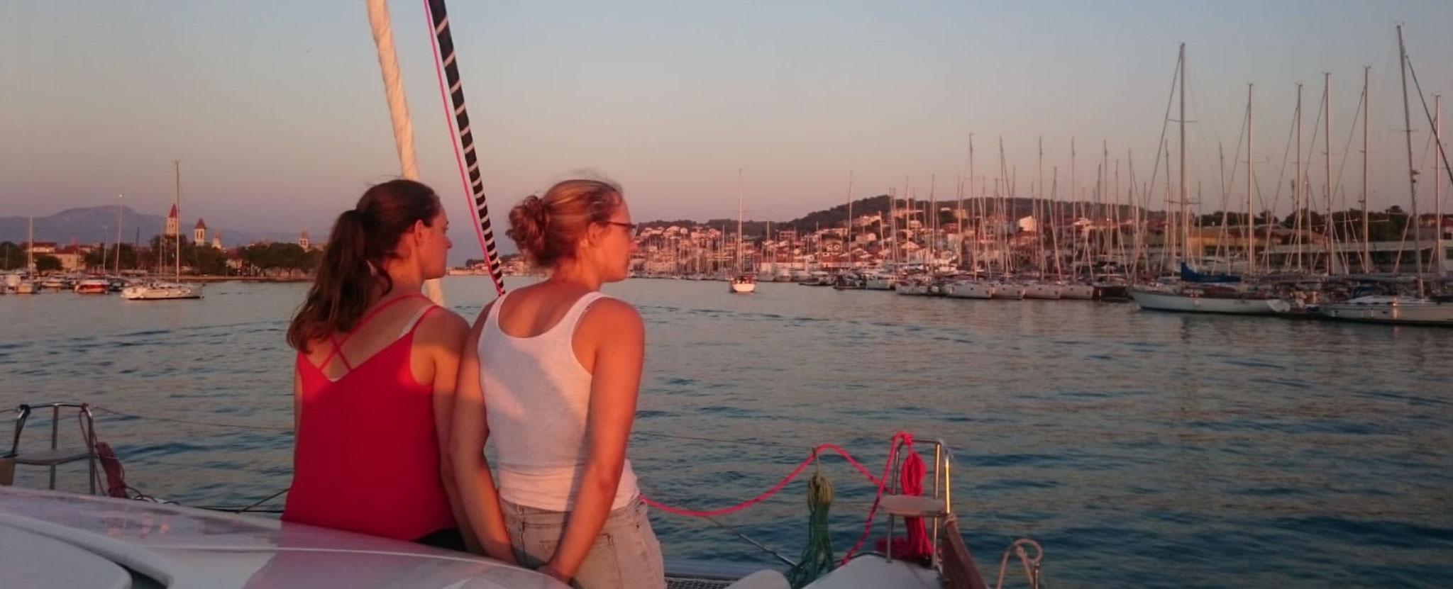 Segelreisen und die Sonnenuntergang genießen