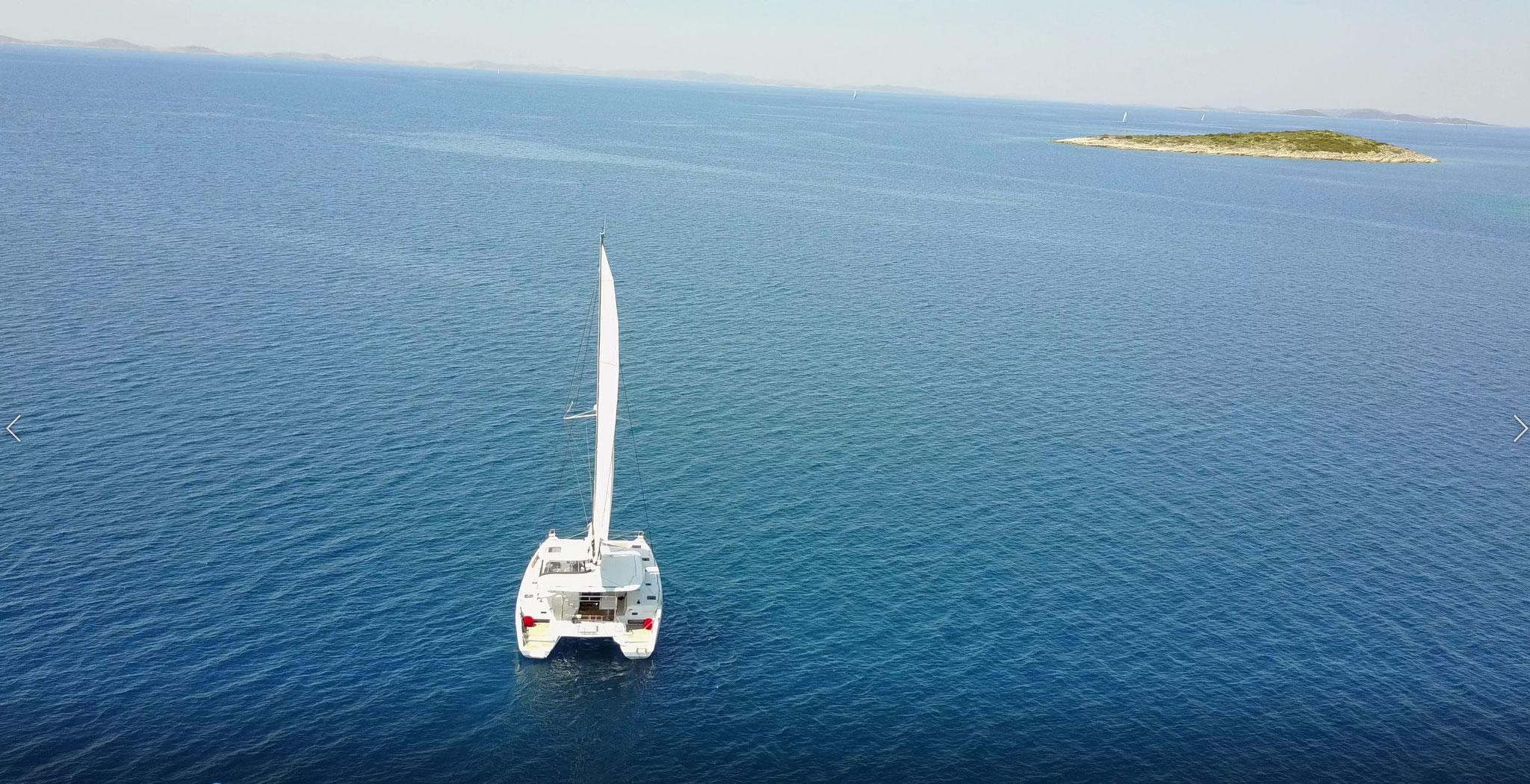 Katamaran segeln mit Vor- und Hauptsegel - www.katamaramtraum.com
