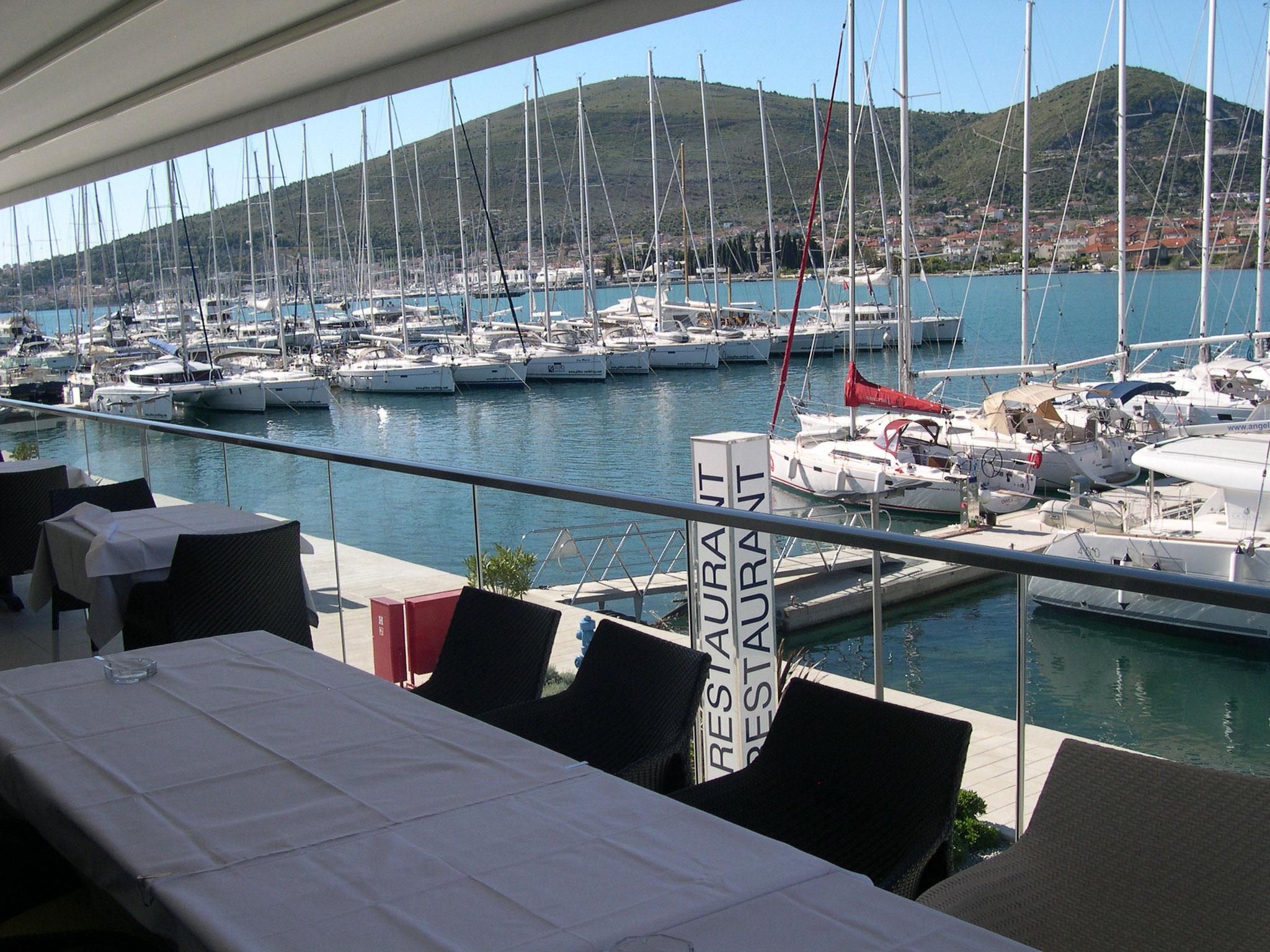 Blick auf SCT Marina Torgir von Restaurant Terrasse
