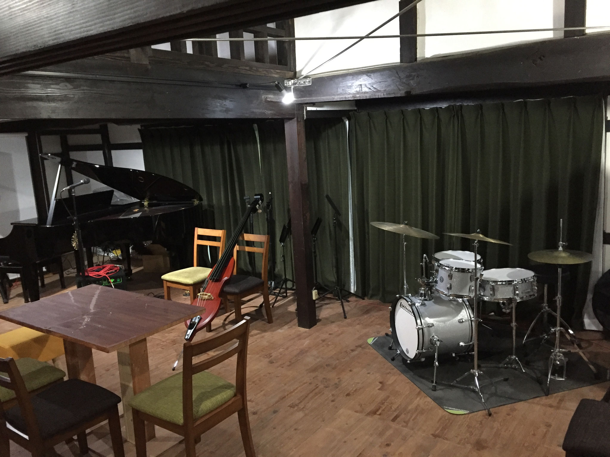 グランドピアノ、ドラムス、ベースを設置しており、気軽に演奏ができます