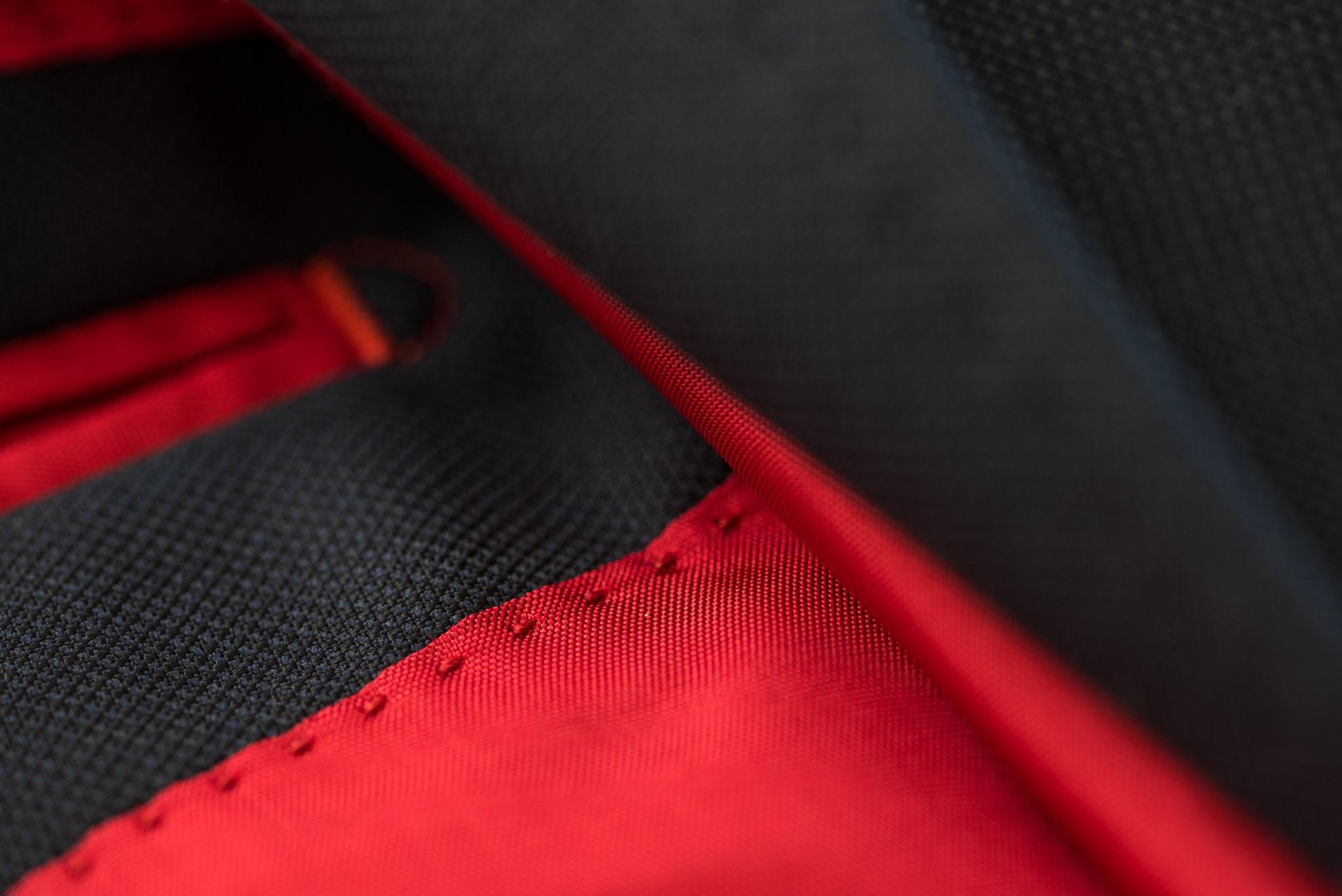AMF Steppung in rotem Futter eines dunkelblauen Herrensakkos