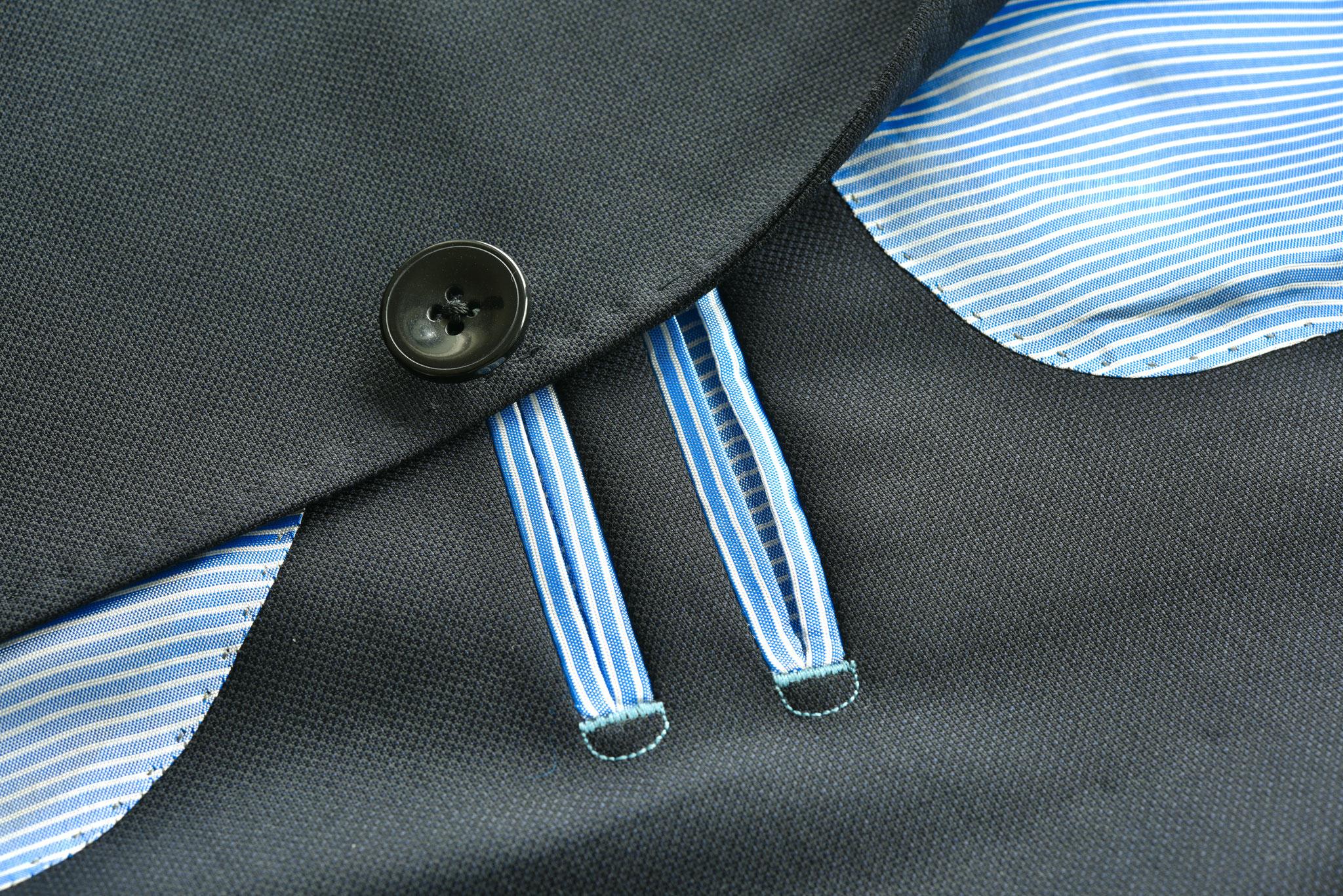Marinefarbenes Sakko mit hellblau gestreiftem Futter