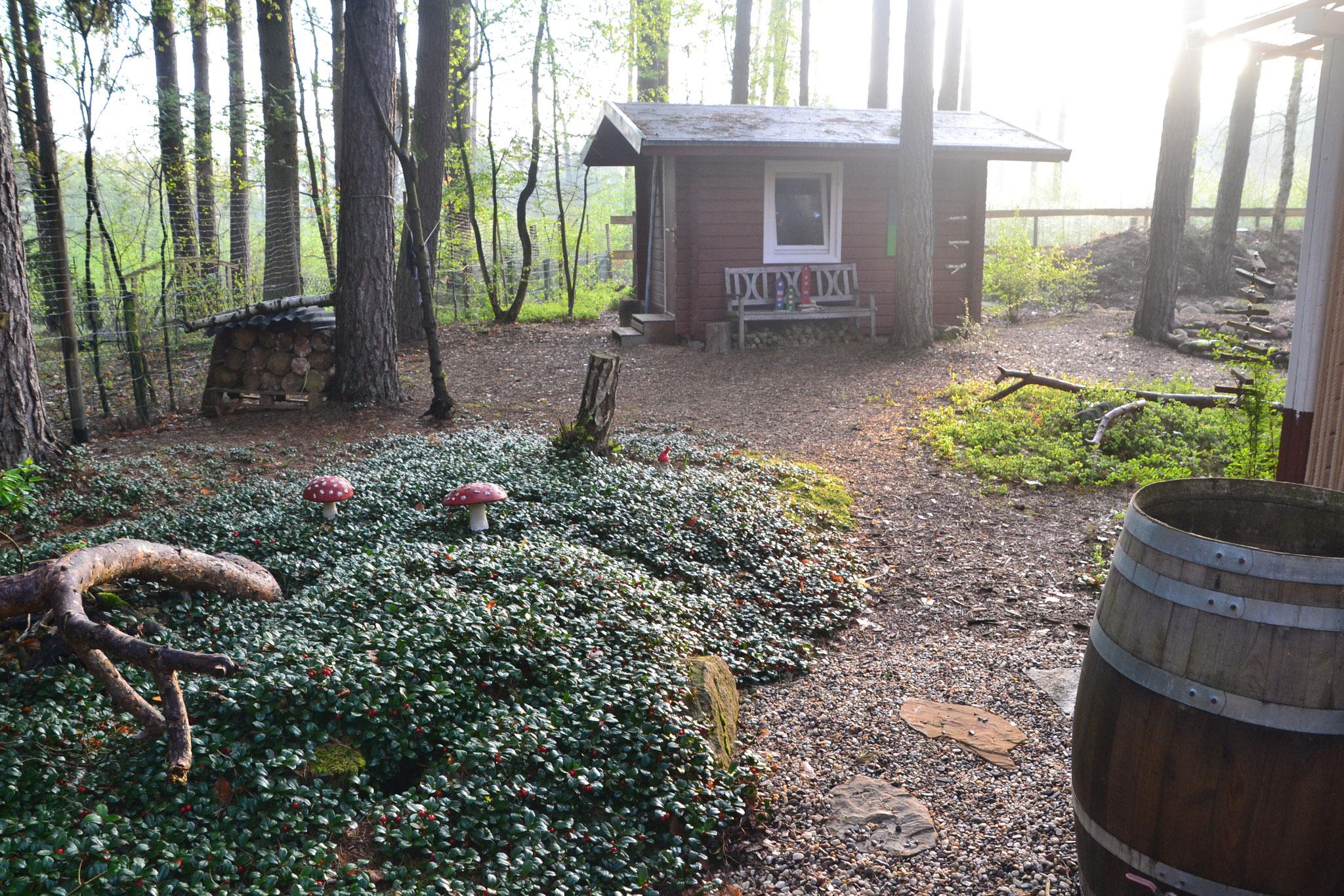 Dahinter eine Hütte, einst das Kinderzimmer.