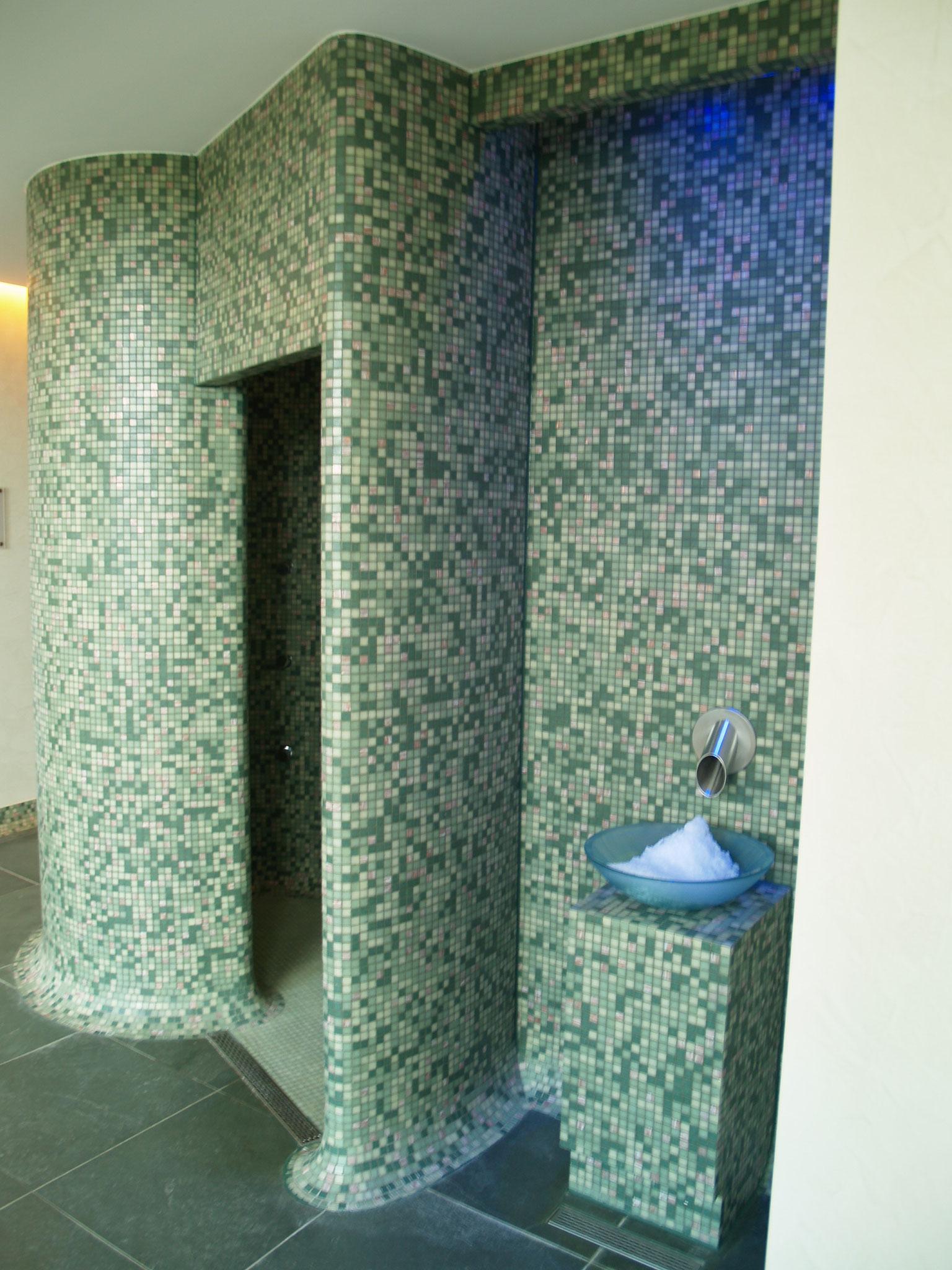 Eisbrunnen. Daneben Zugang zur Dusche