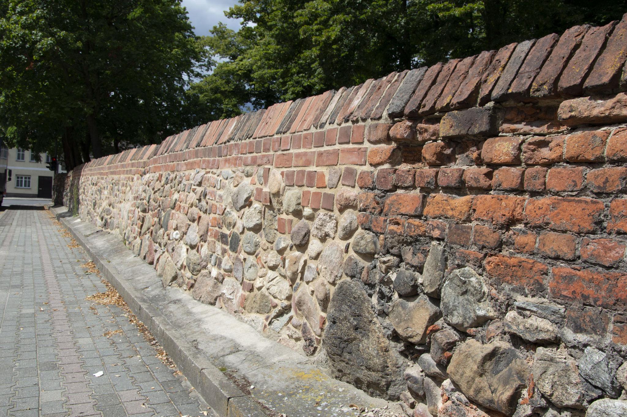 Mauer (neu/alt) an der Liebfrauenkirche in Jüterbog