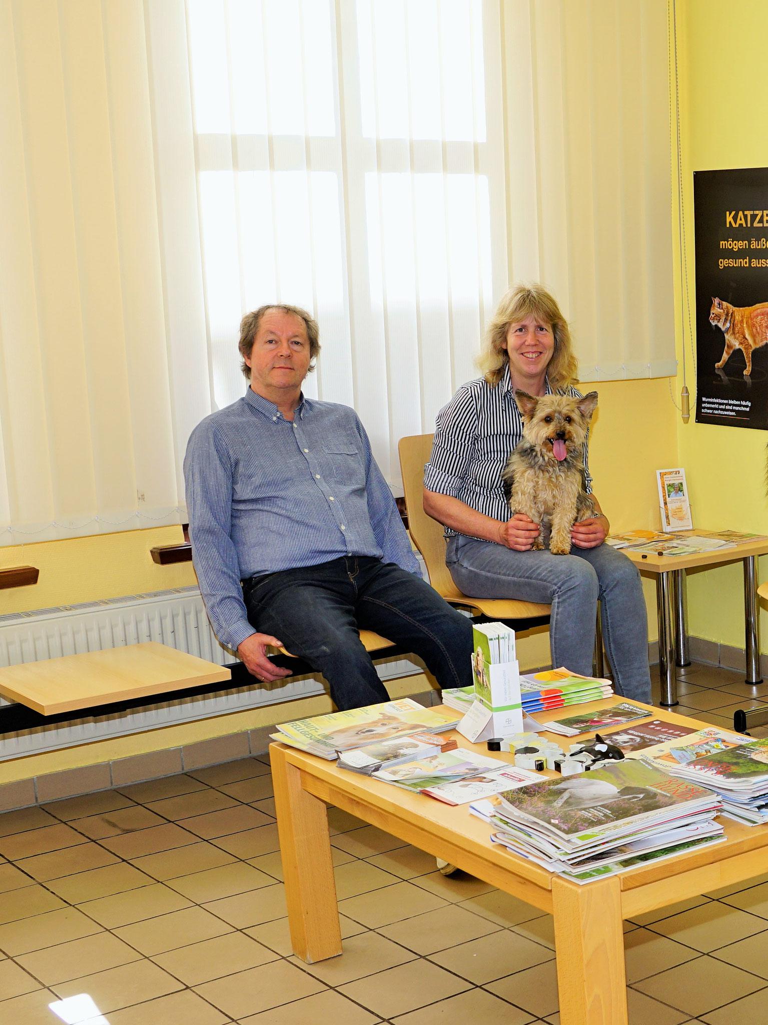 Dr. Frauke Brackmann-Gräf und Dr. Friedemann Gräf mit Yorkshire Terrier Bruno