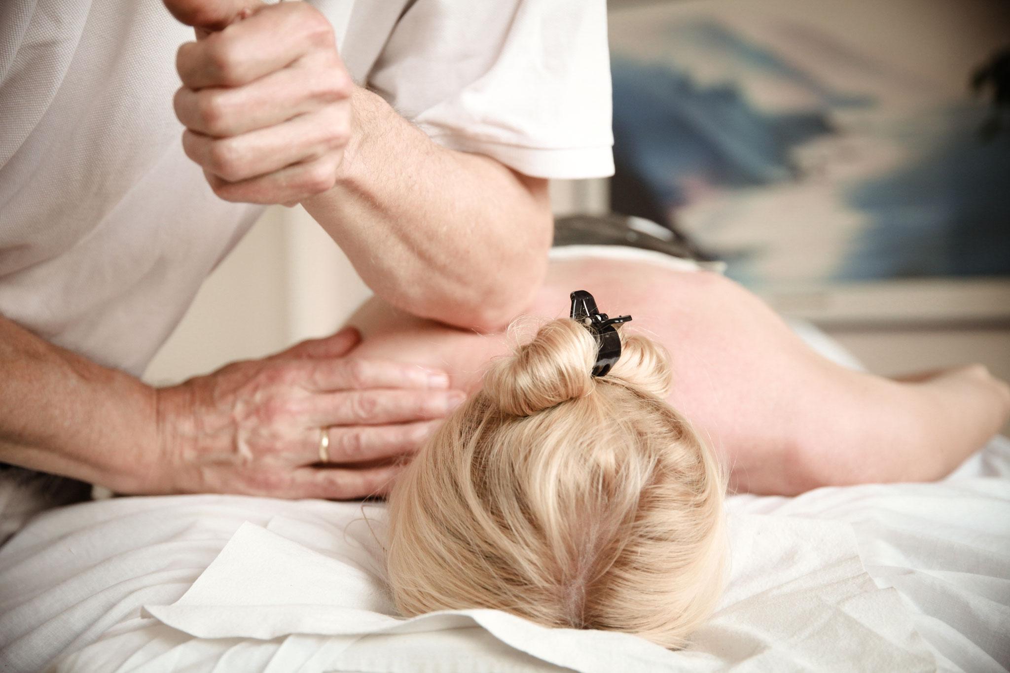 Tiefengewebsmassage und Rückenmassage
