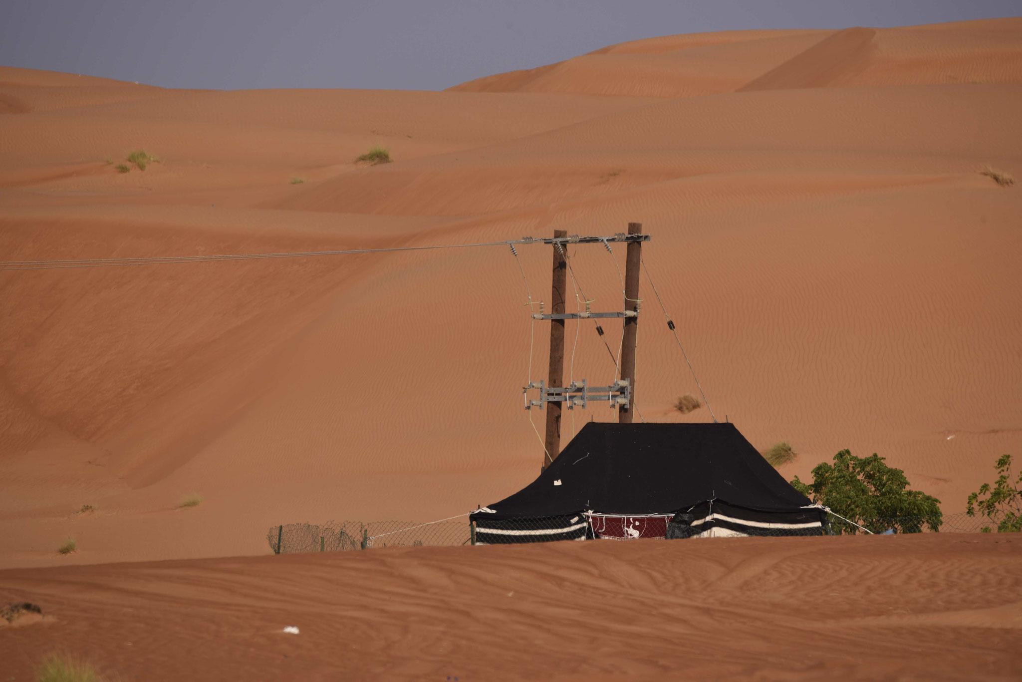 Sesshafte Nomaden mit Stromanschluss in der Wüste