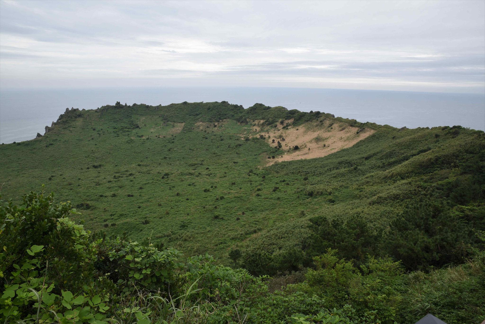 Krater des Parasitenvulkans Ilchulbong