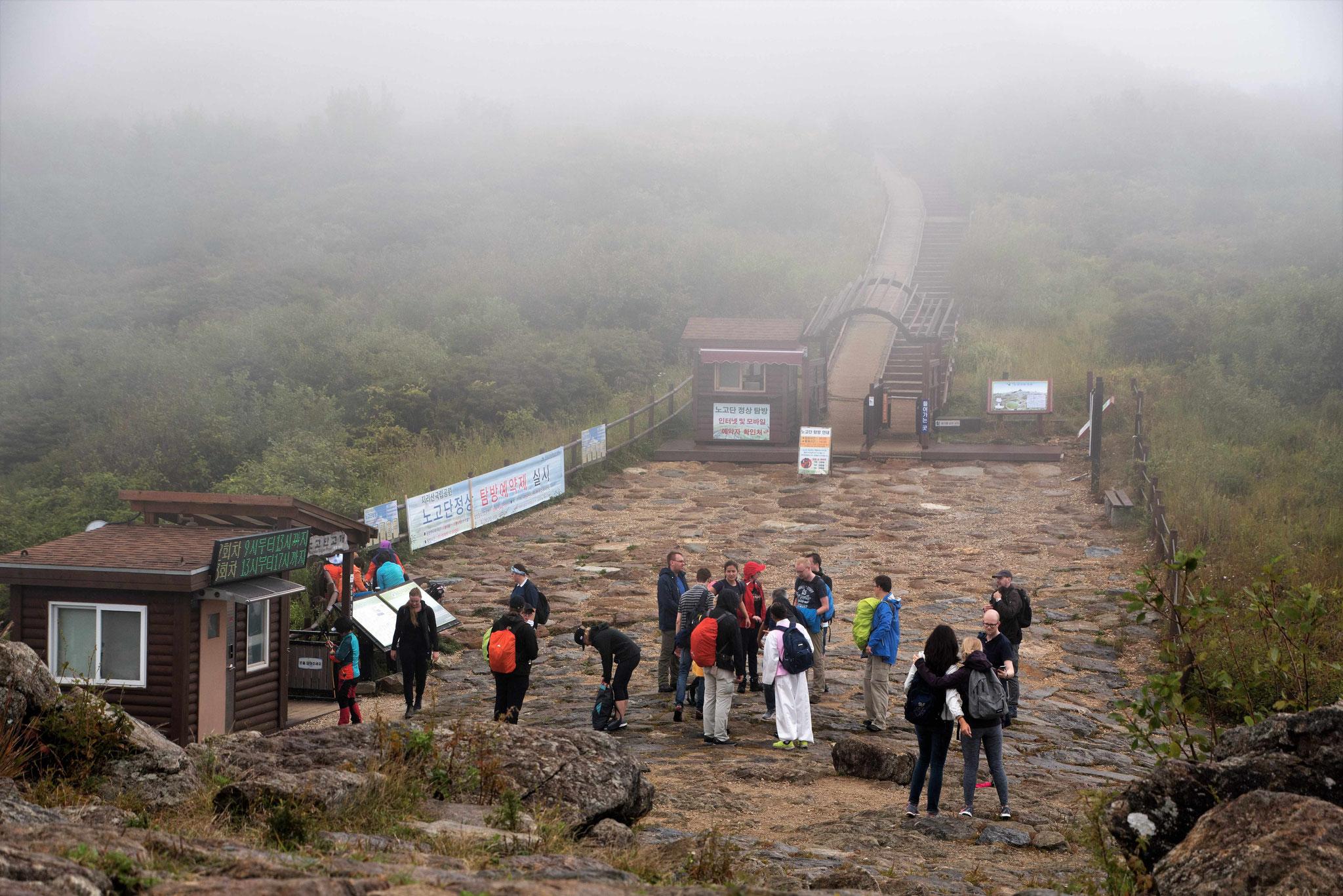 Nur Deutsche können bei so einem Wetter auf den Gipfel laufen