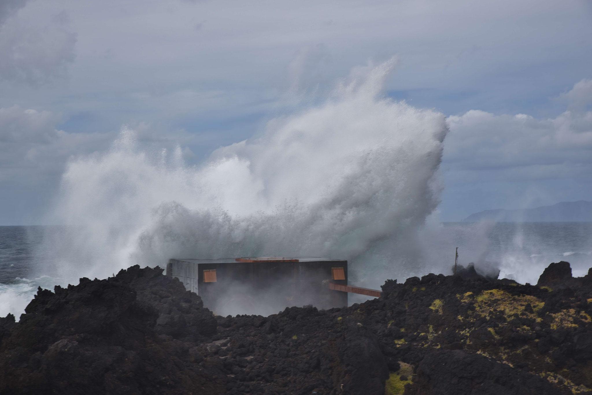 Wellen über dem Gezeitenkraftwerk