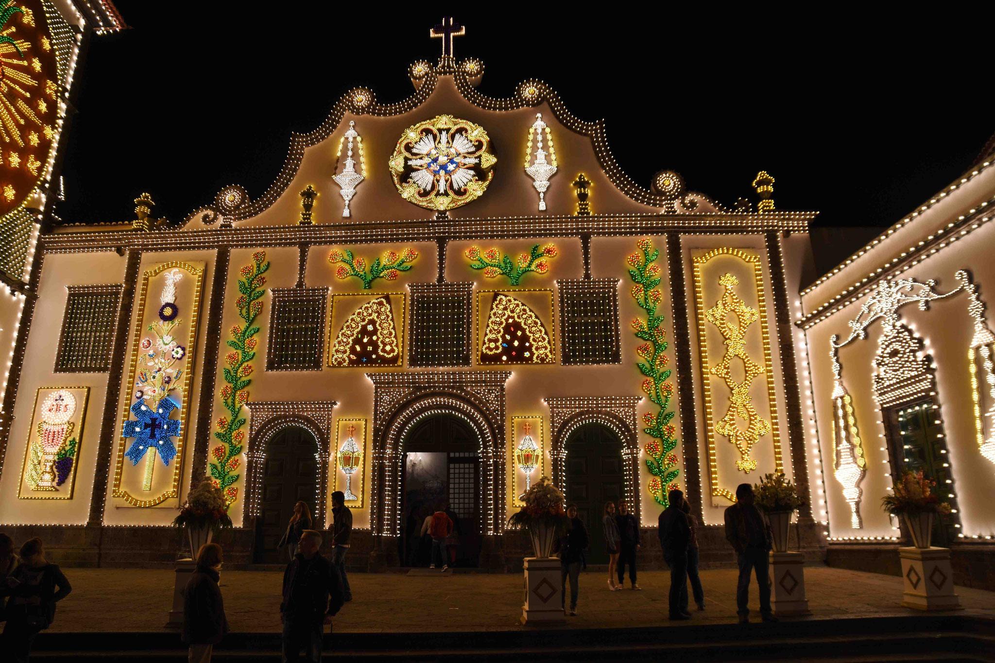 Beleuchtete Kirchenfassade während Santo Cristo