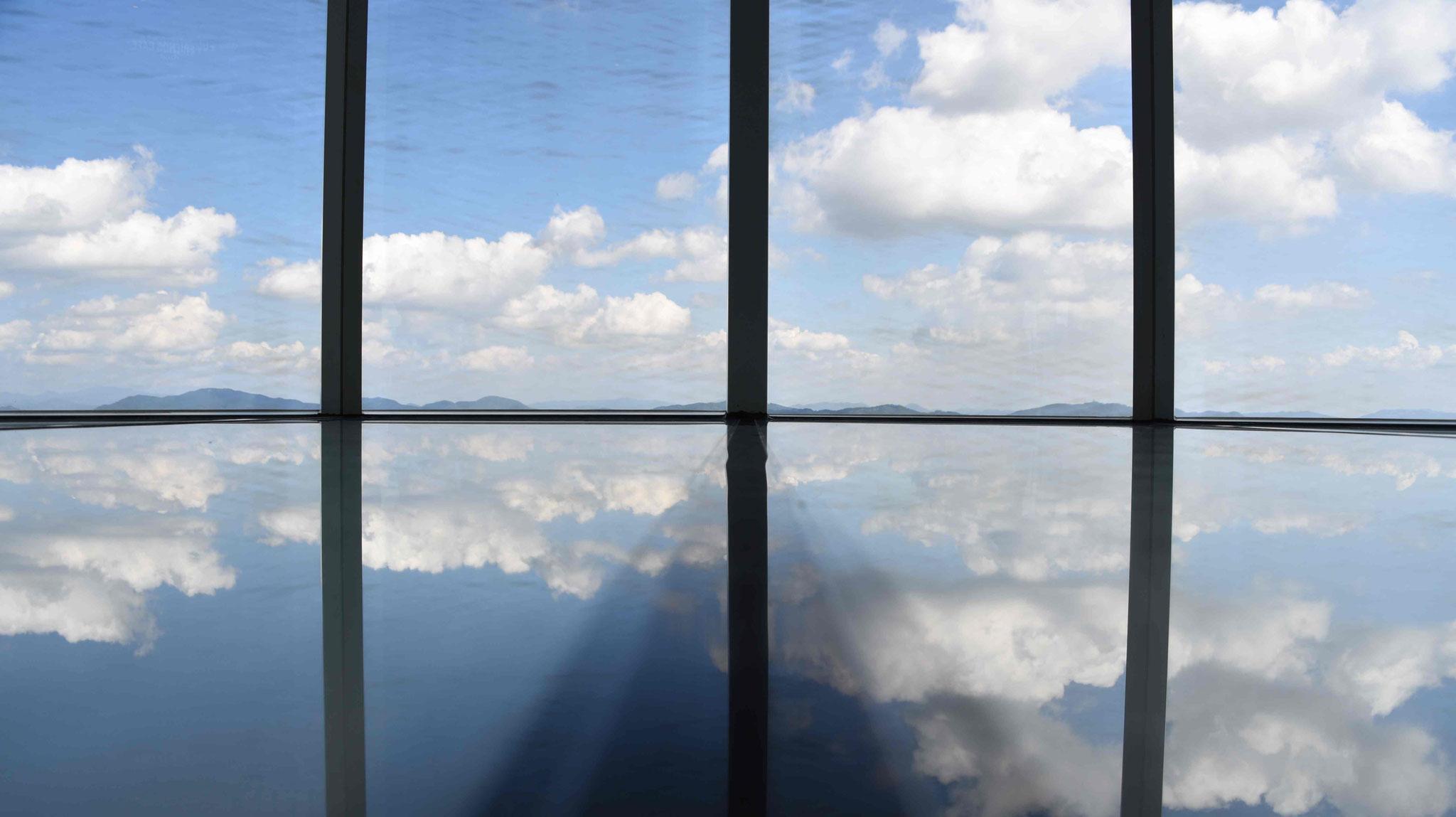 Spiegelung der Wolken auf dem Glasboden