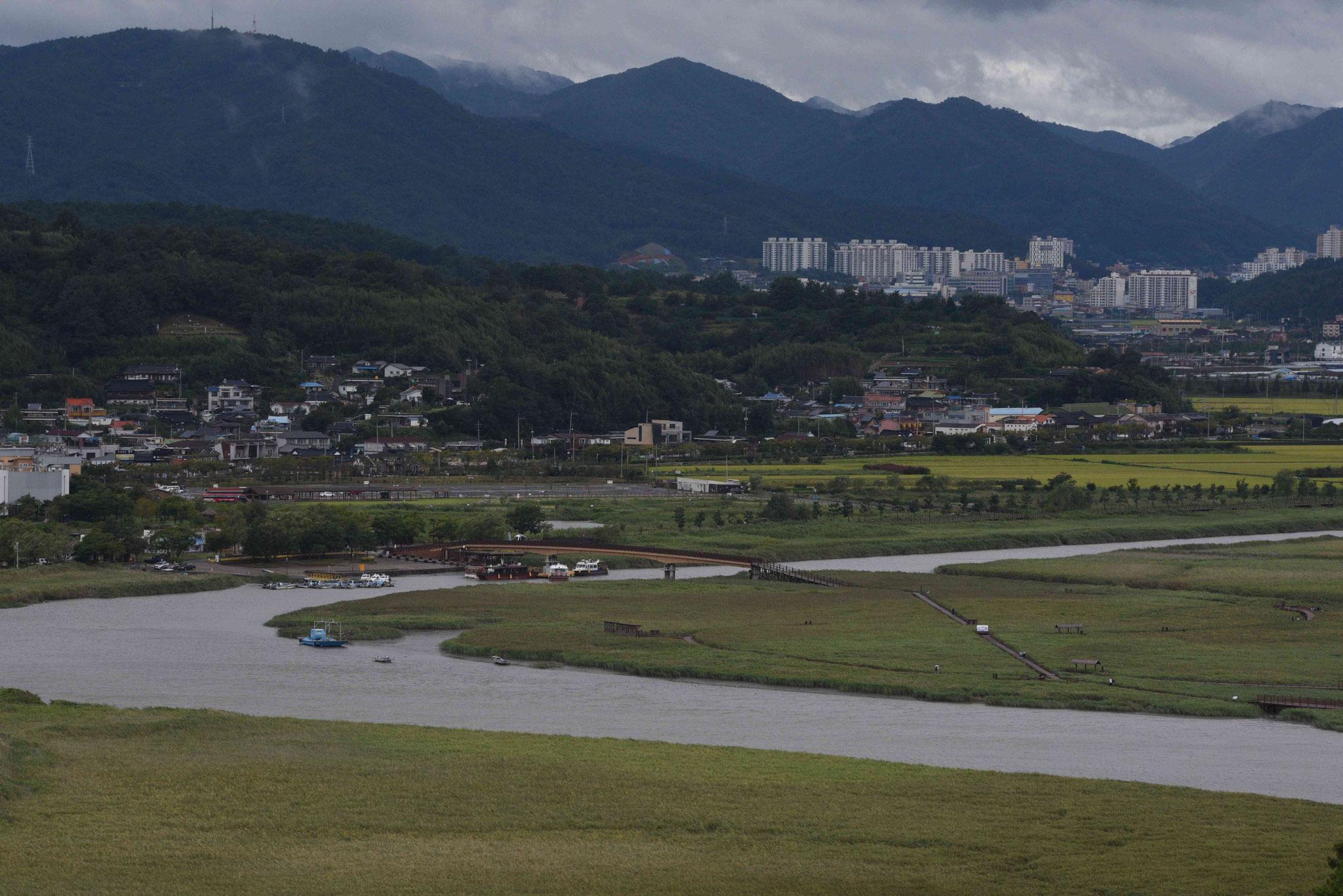 Im Hintergund liegt die Stadt Suncheon