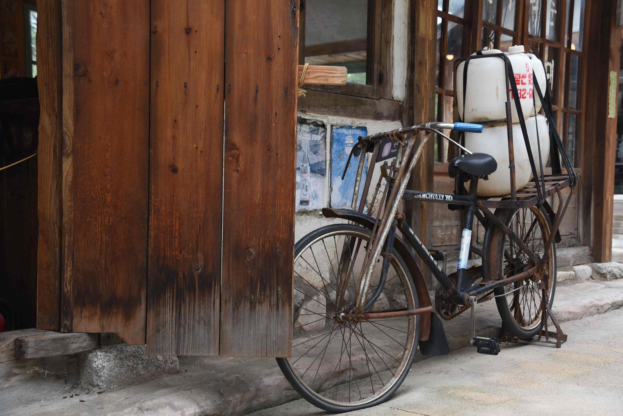 Altes Fahrrad mit Fässern