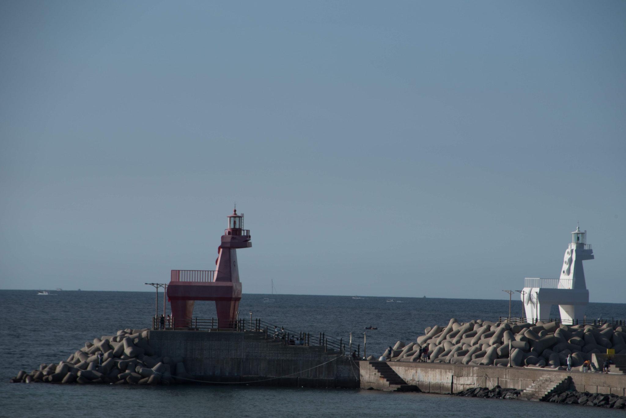Rotes Pferd für die andere Seite der Hafeneinfahrt