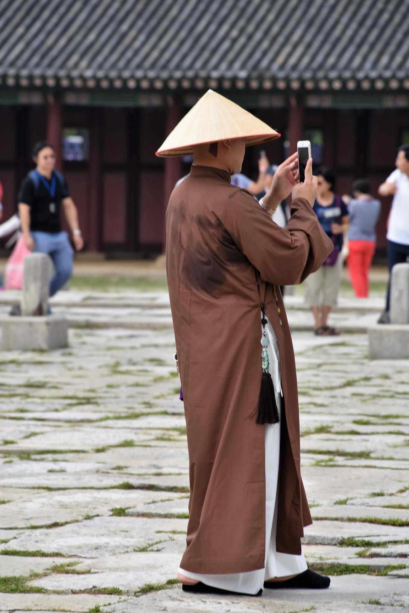Buddistischer Mönch fand die Hanboks ebenfalls fotogen