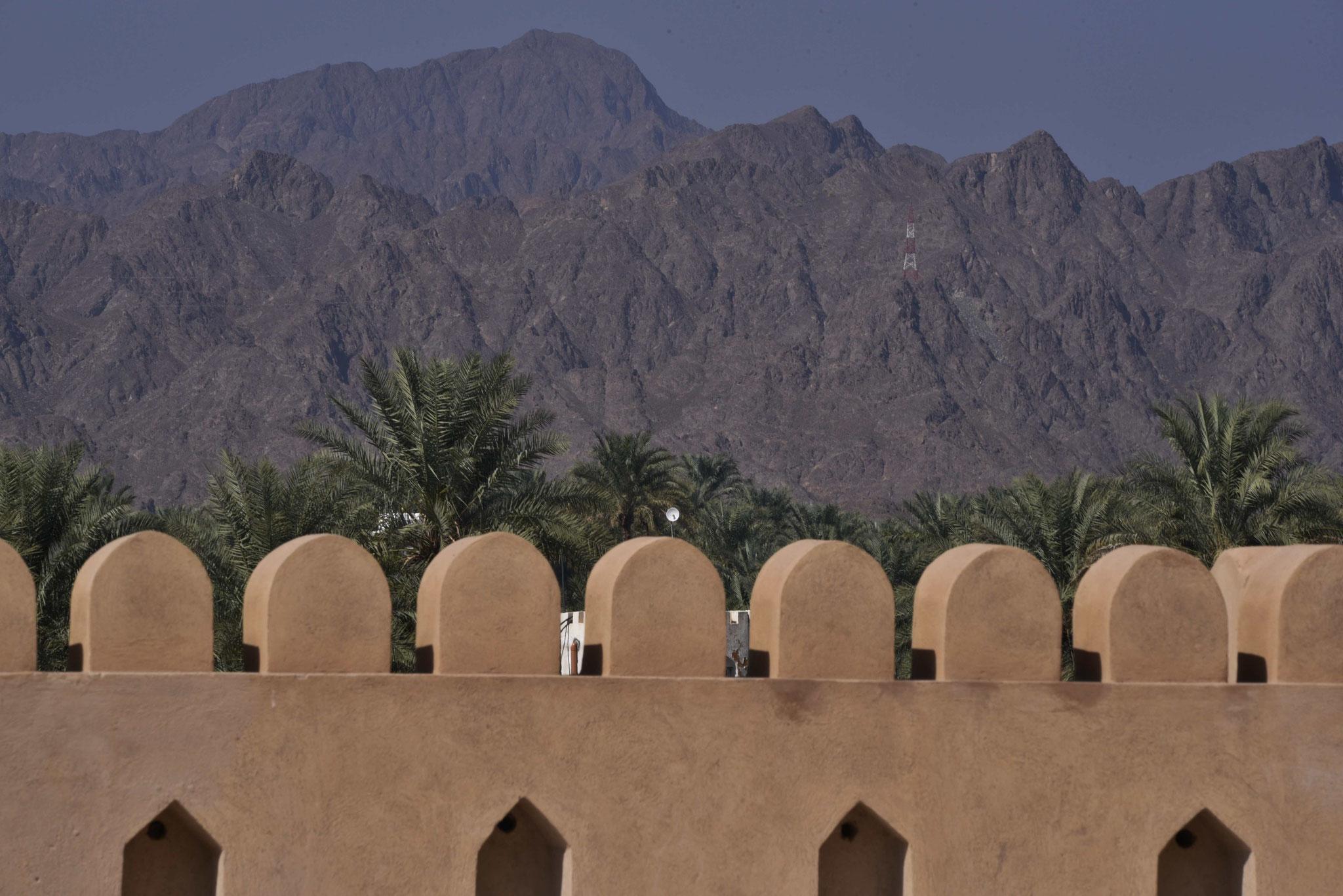 Festungsmauer mit Blick auf die Berge I