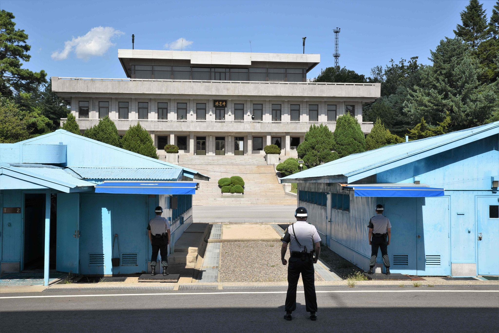 Streng bewachte Baracke, im Hintergrund Nordkoreas Pendant