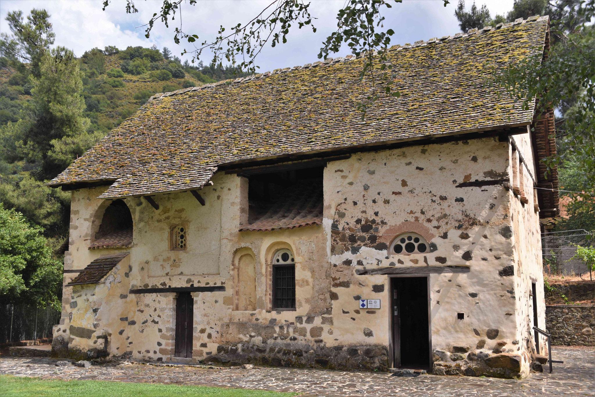 Hier sieht man das Dach der Kirche unter dem Scheunendach